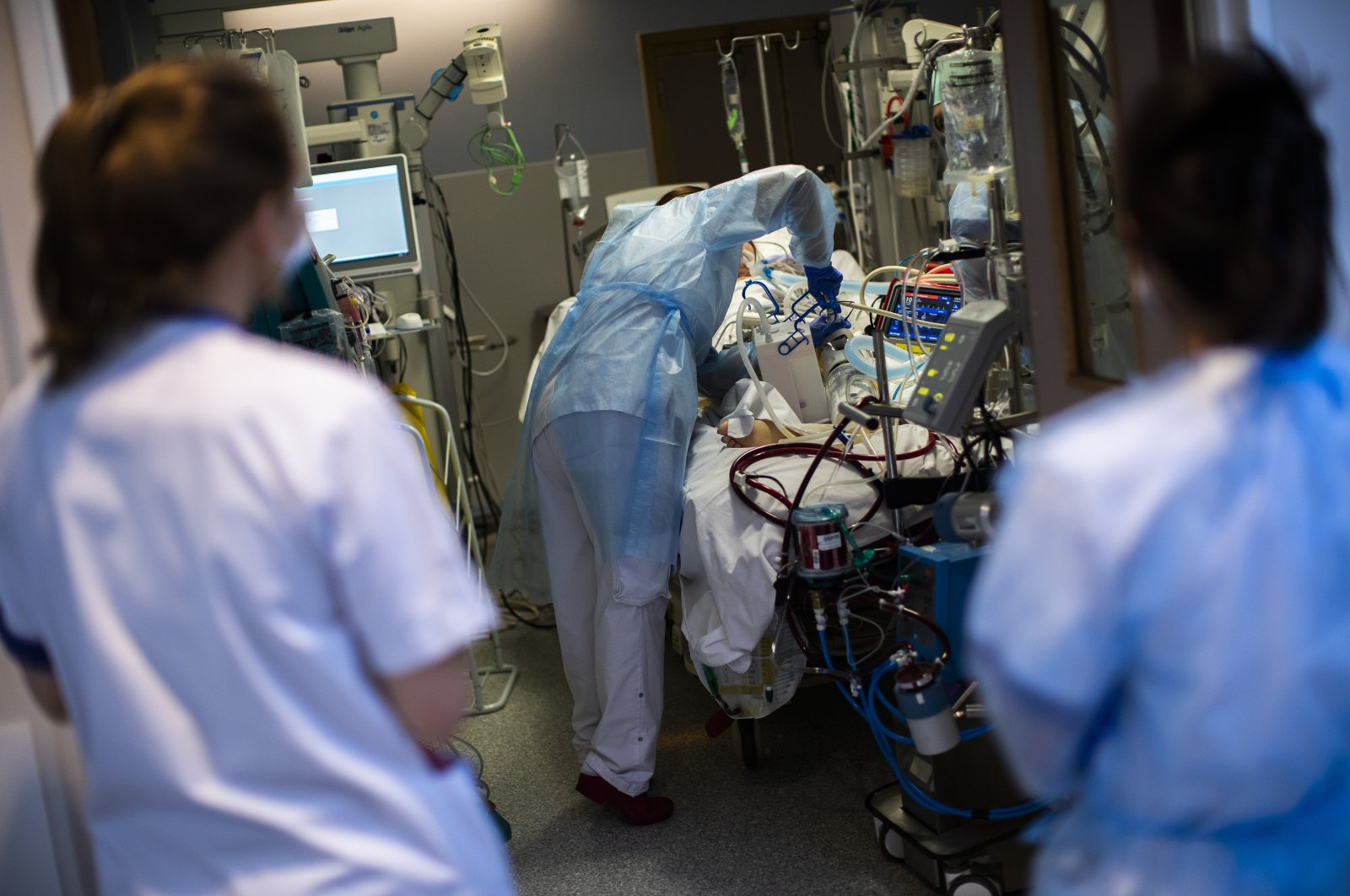 A medical staff member wearing protective equipment tends to a COVID-19 patient in the intensive care ward of Erasme hospital in Brussels, Belgium, April 28, 2021. (AP Photo)