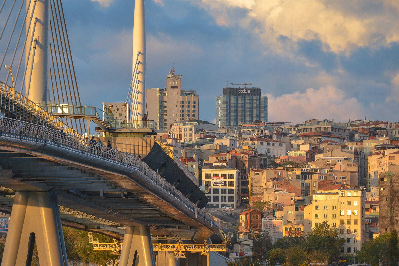 Gün batımında arka planda Haliç metro istasyonu ve Beyoğlu semtinin bir görünümü, İstanbul, Türkiye, 17 Ekim 2017 (Getty Images)