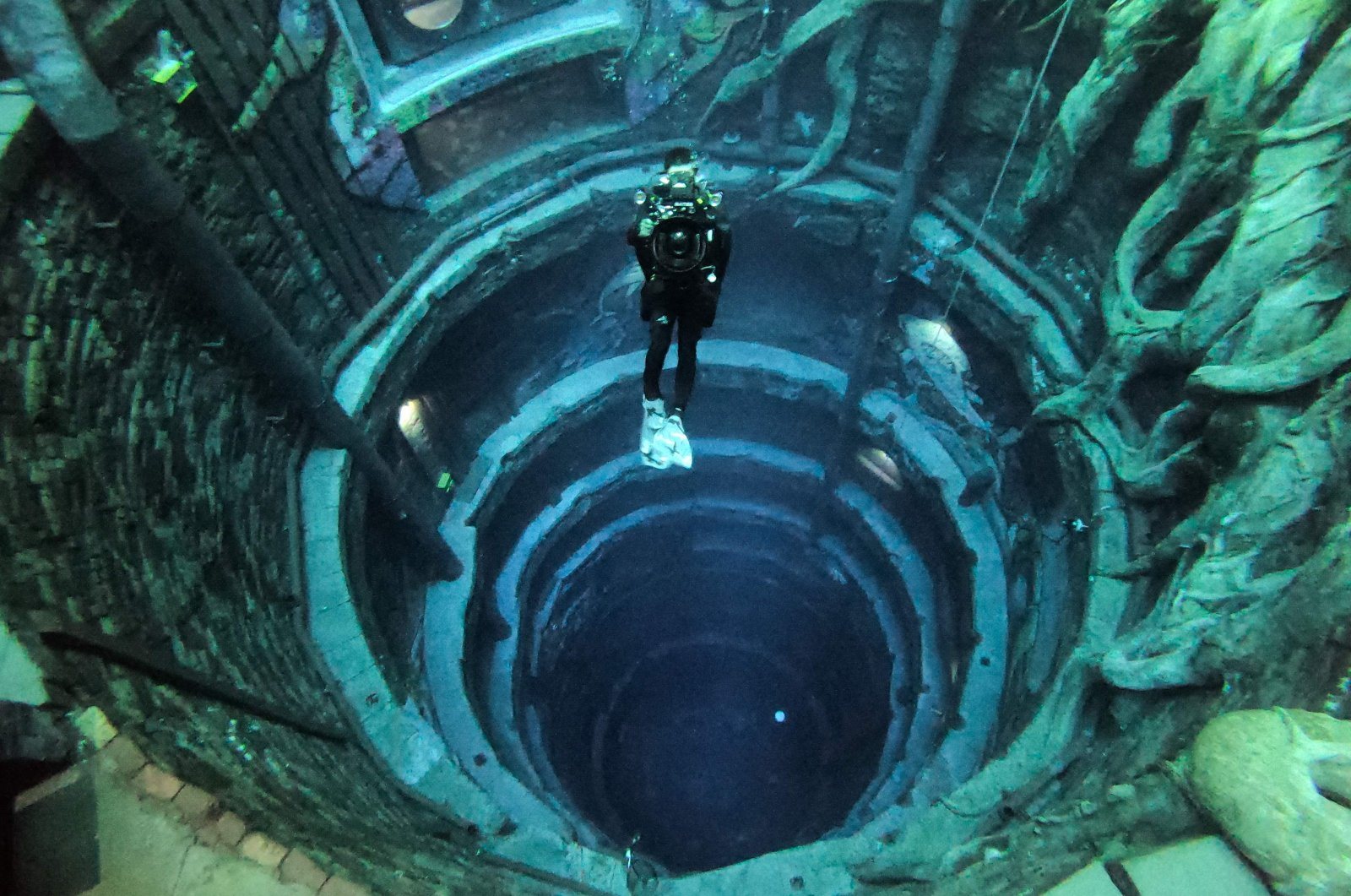 A diver experiences Deep Dive Dubai, the deepest swimming pool in the world reaching 60 meters (nearly 200 feet), in the United Arab Emirates, July 10, 2021. (AFP Photo)