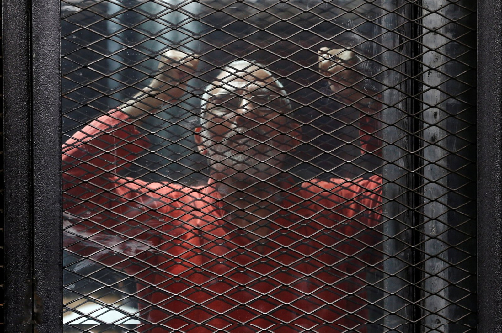Muslim Brotherhood leader Mohamed Badie shouts slogans against the Interior Ministry behind bars during the trial of 738 Brotherhood members for their armed sit-in at Rabaa square, at a court on the outskirts of Cairo, Egypt, May 31, 2016. (Reuters File Photo)
