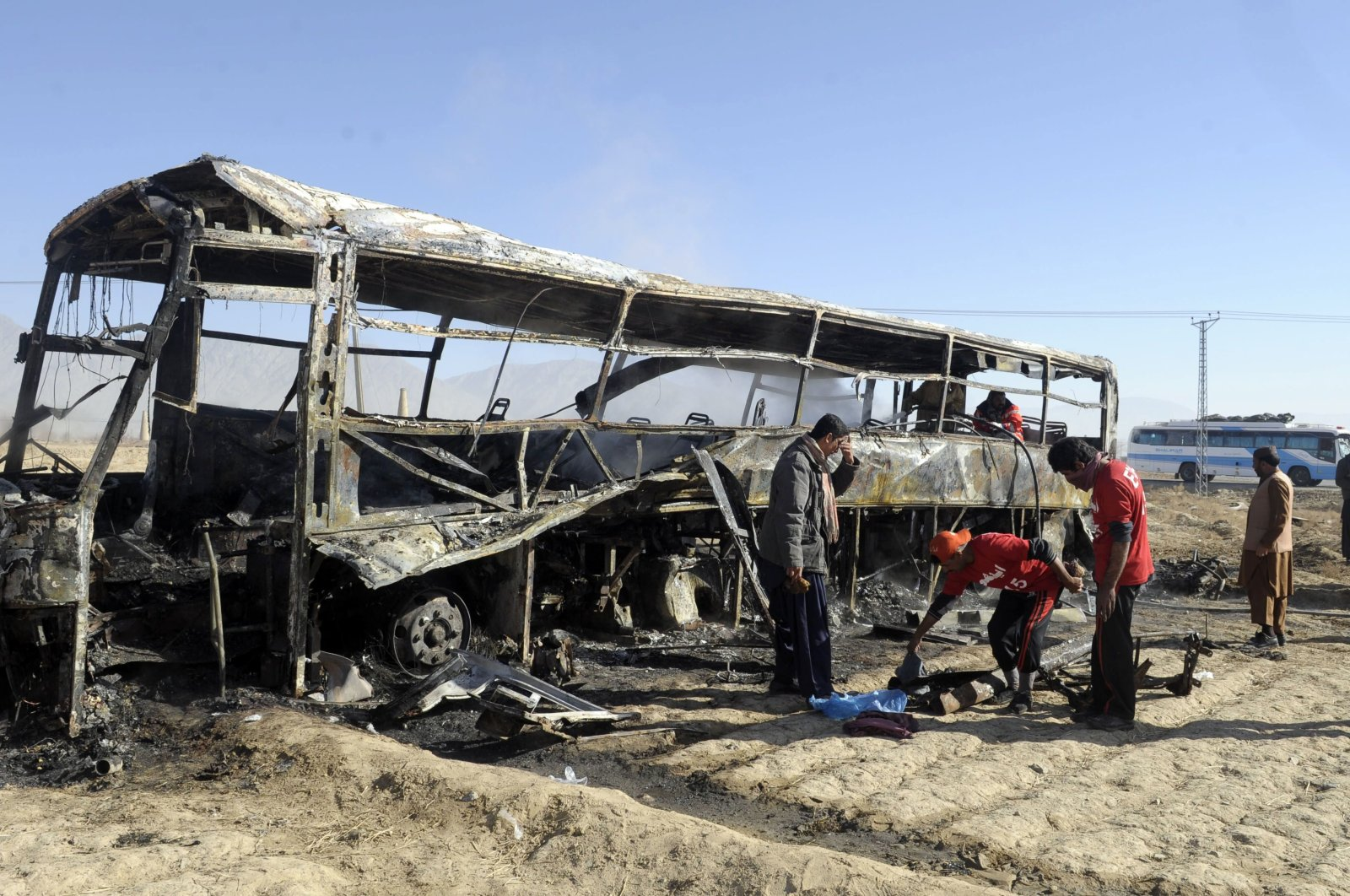 Pakistani volunteers search for victims around the bus at the site of a car bomb attack in Mastung some 30 kilometers (some 19 miles) south of Quetta, Pakistan, on Dec. 30, 2012. (AFP Photo)