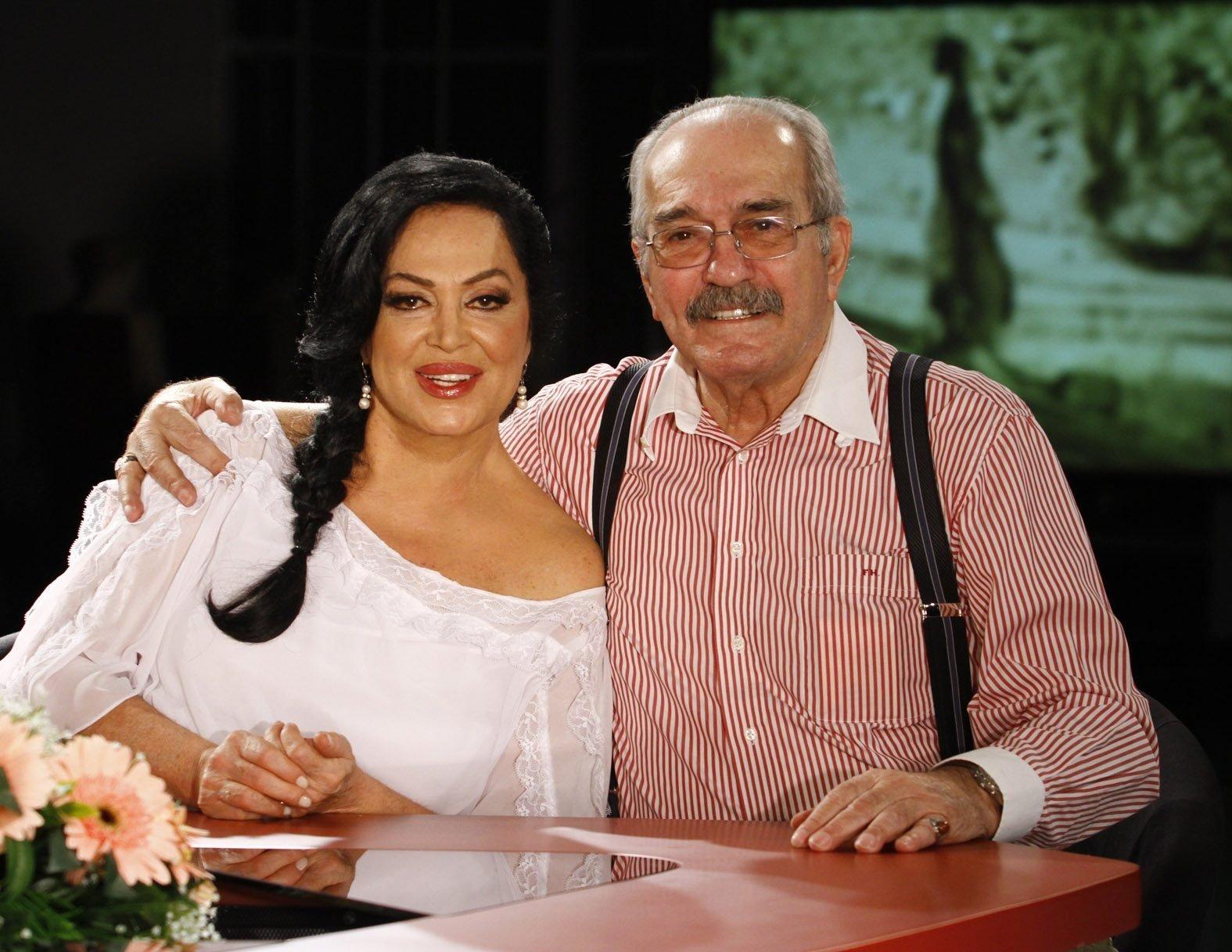 Fikret Hakan (sağda), oyuncu Terkan Şoray ile birlikte.