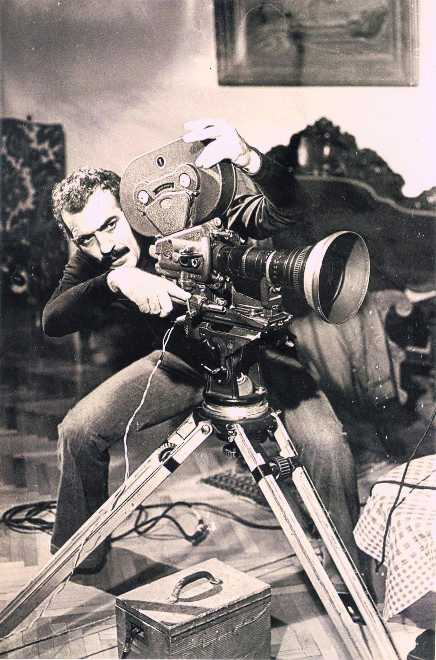 Fikret Hakan sette çekimler sırasında fotoğraflandı.  (arşiv resmi)