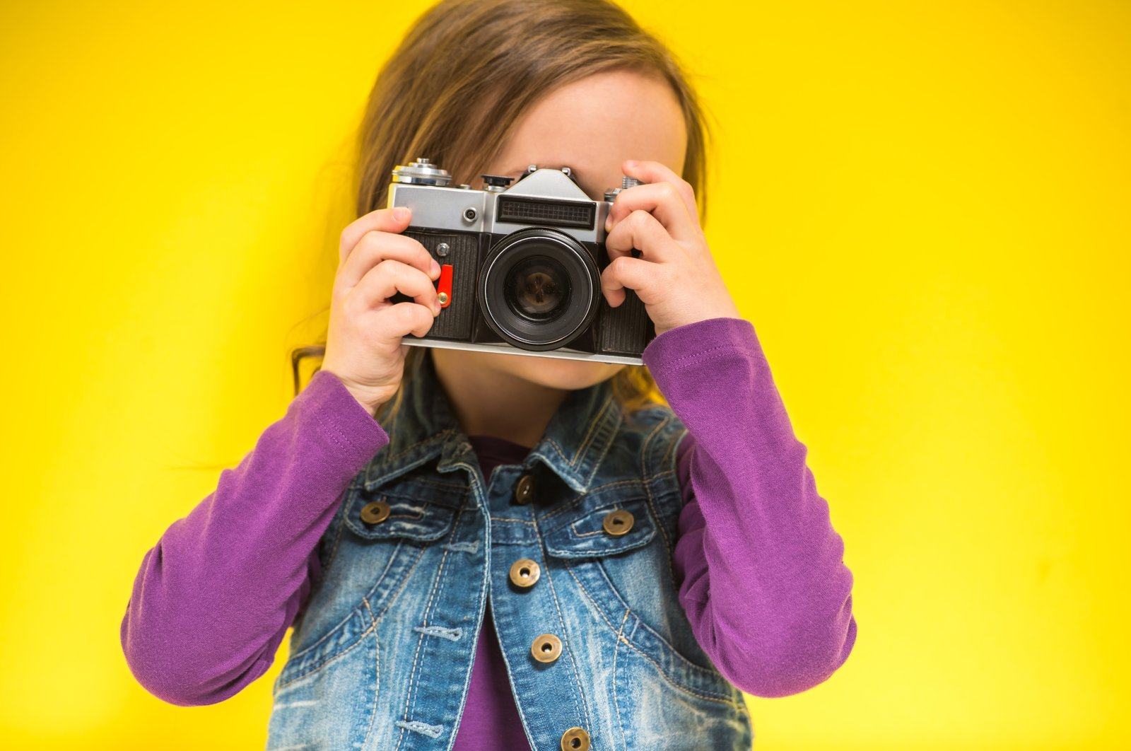 If you take portrait photos indoors, you should make sure that the light source is indirect. In addition, the picture should be cropped a little more generously. (Shutterstock Photo)