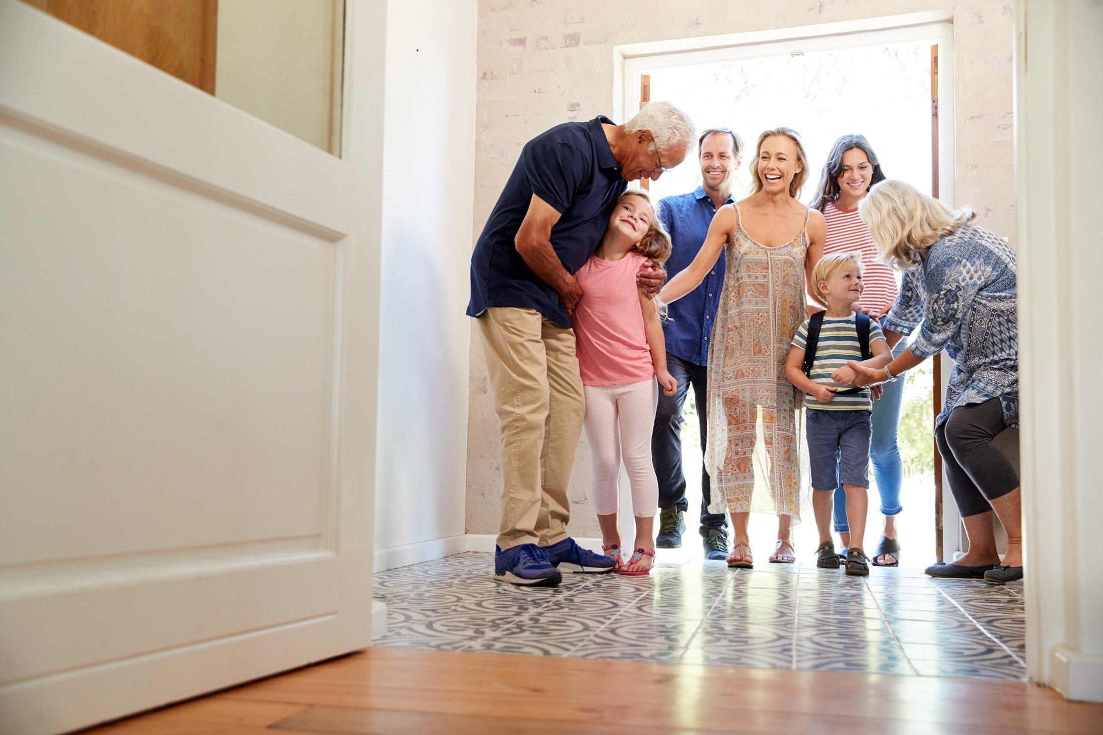 Anak-anak mengunjungi kakek-nenek mereka bersama keluarga mereka.  (Foto Shutterstock)