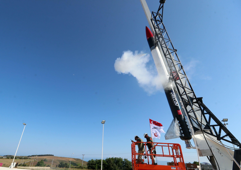 Hibrit motor teknolojisi ile geliştirilen bir Türk sonda füzesi, 19 Temmuz 2021'de Türkiye'nin kuzeyinde Sinop ilinde görülüyor (AA Fotoğrafı)