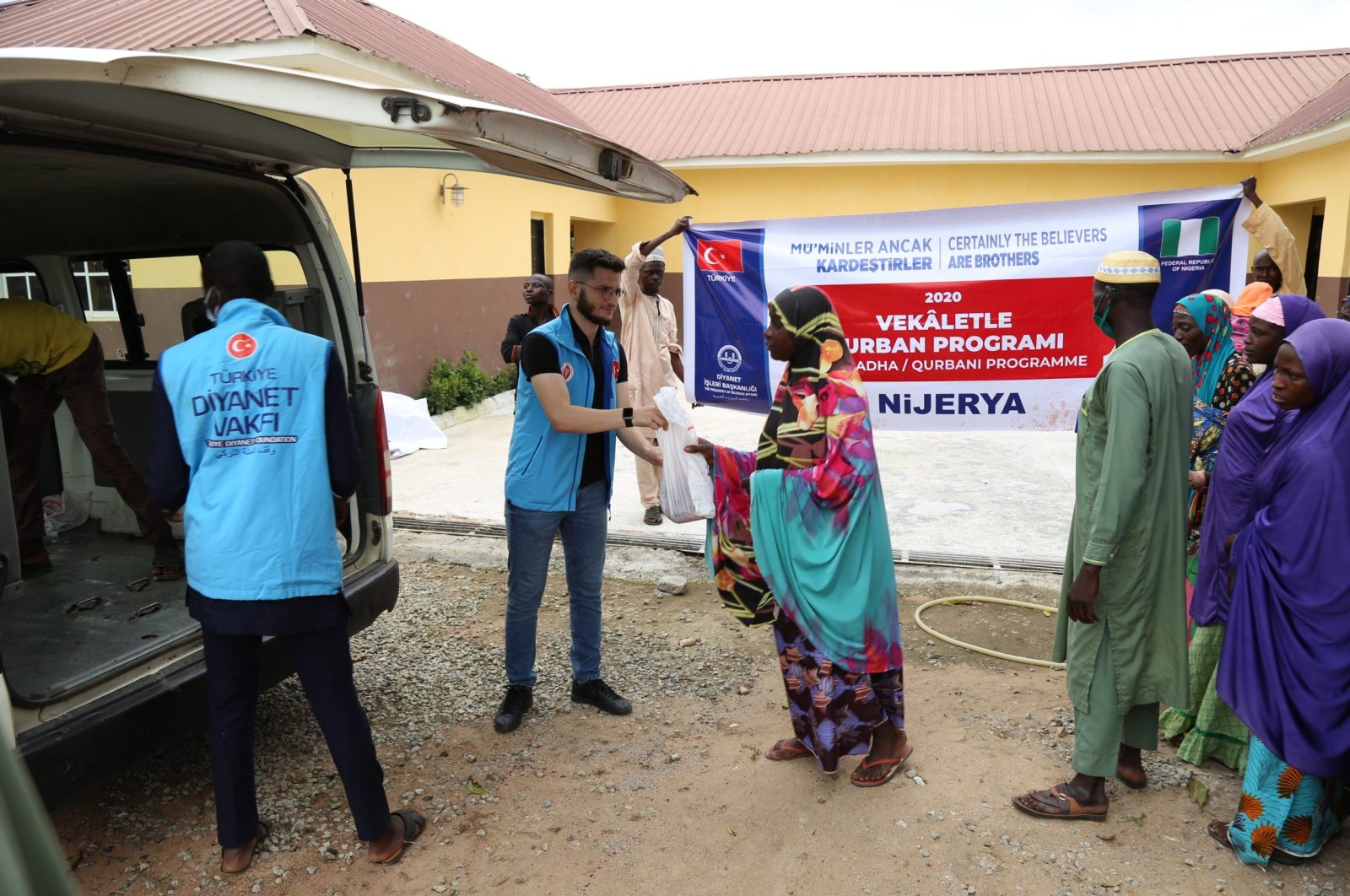 Volunteers from the Turkish Diyanet Foundation (TDV) deliver meat aid to locals, in Abuja, Nigeria, July 31, 2020. (COURTESY OF TDV)