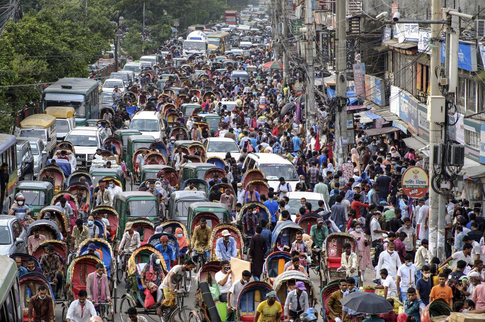 People crowd a market area ahead of Eid al-Adha in Dhaka, Bangladesh, July 16, 2021. (AP Photo)