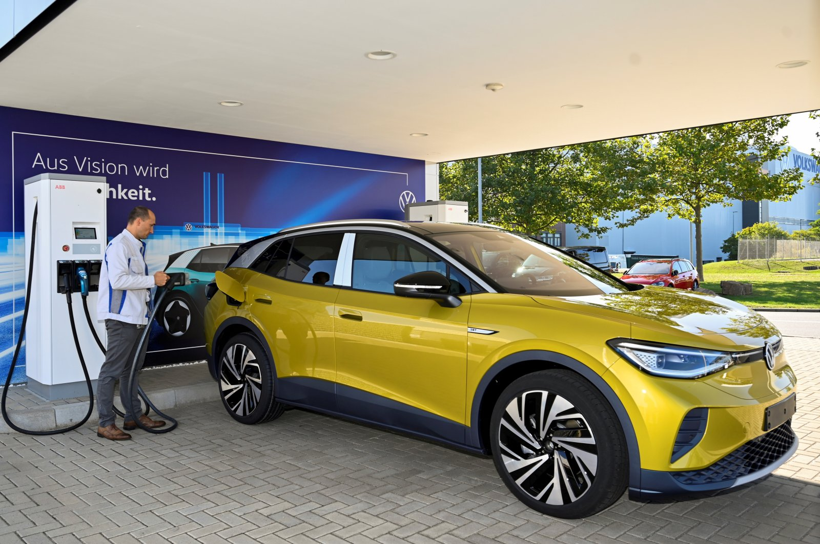 An employee presents the new electric Volkswagen model ID. 4 during a media show in Zwickau, Germany, Sept. 18, 2020. (Reuters Photo)