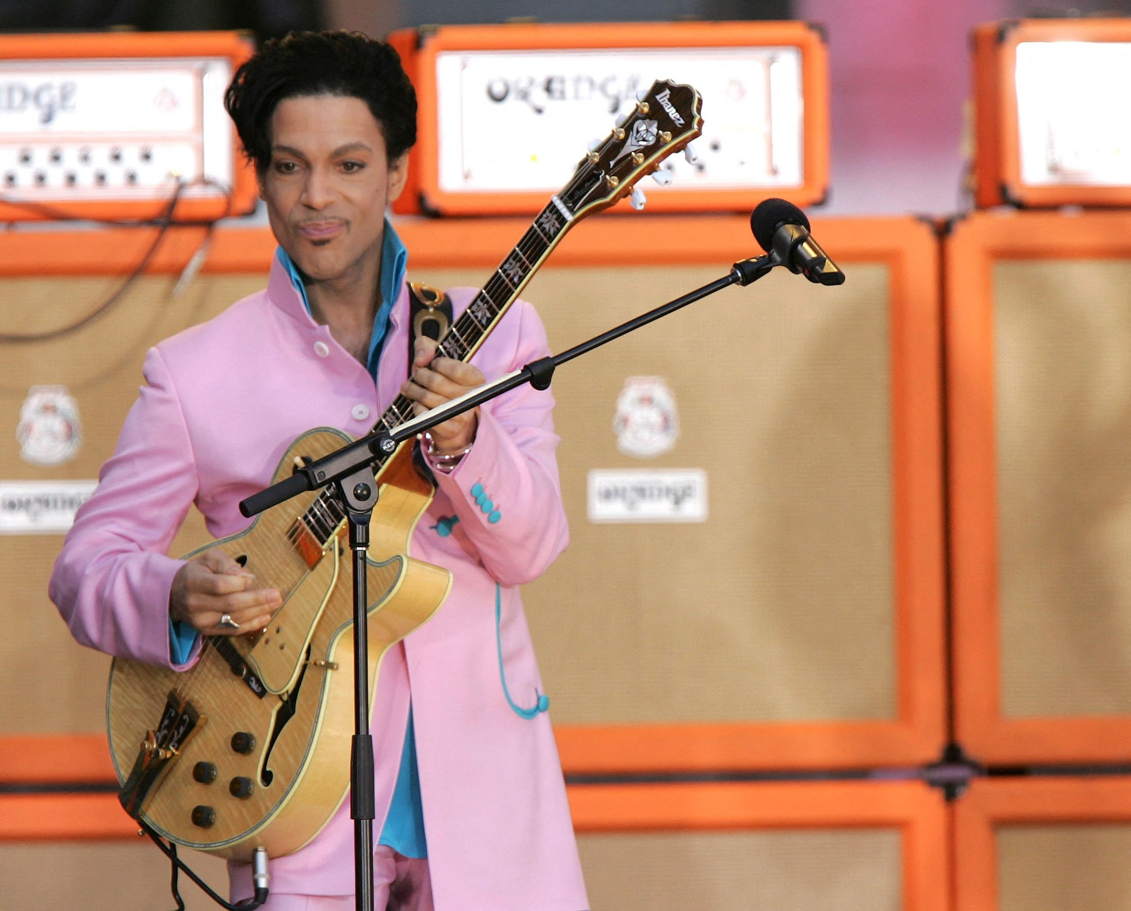 Singer Prince performs on ABC's Good Morning America Concert Series in Bryant Park in New York City, U.S., June 16, 2006. (AFP Photo)