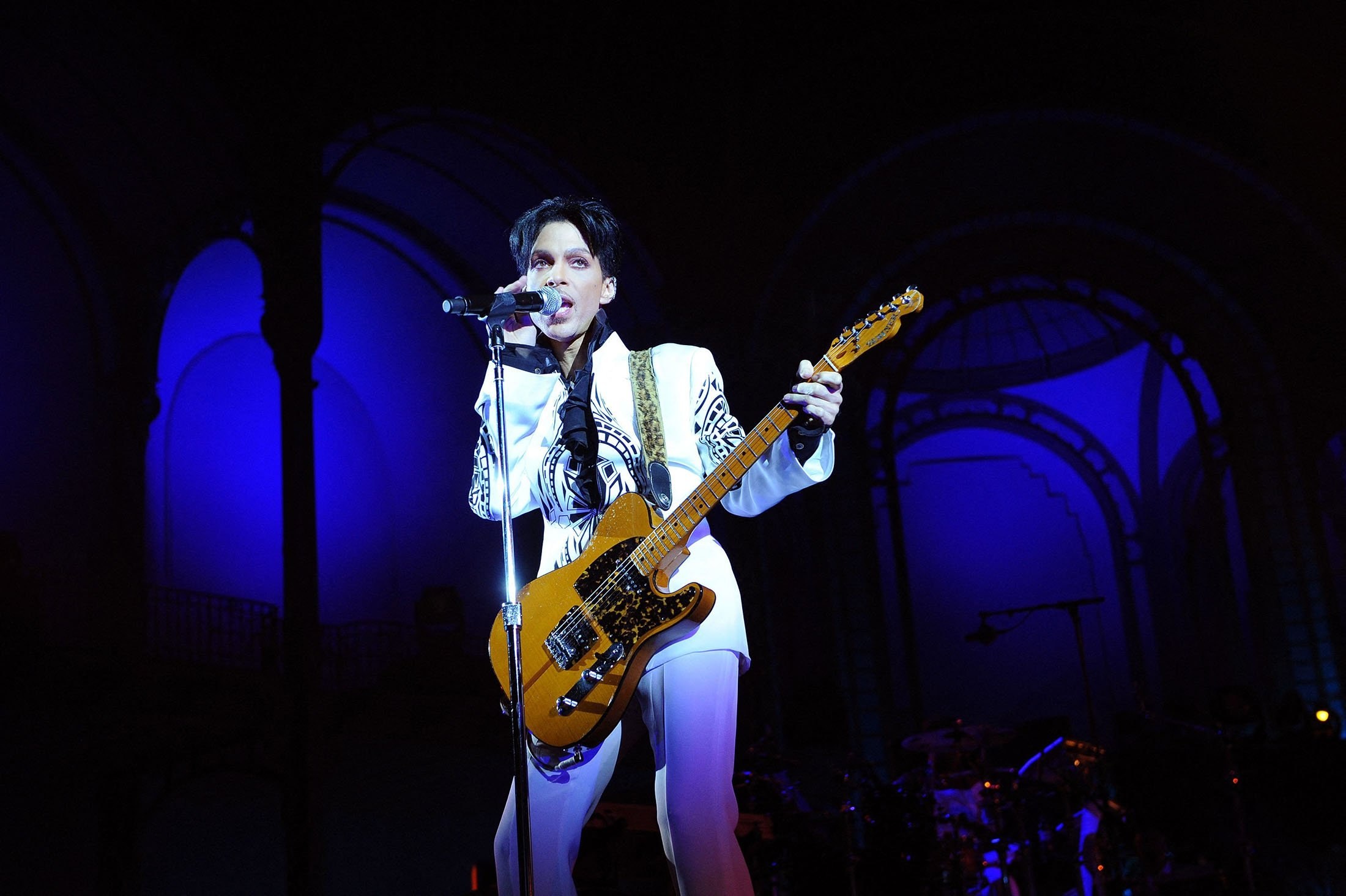 U.S. singer Prince performs at the Grand Palais in Paris, France, Oct. 11, 2009. (AFP Photo)