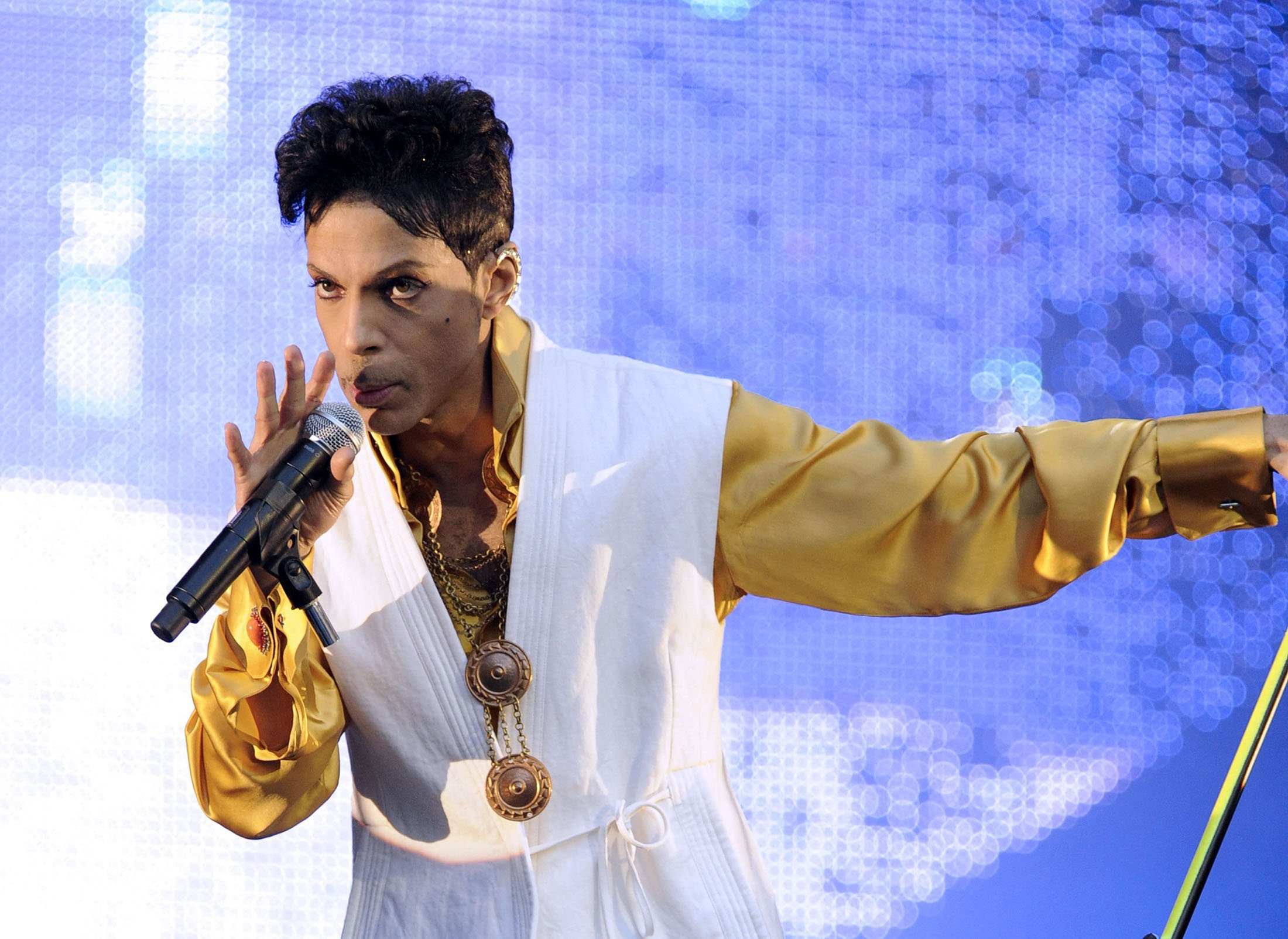 U.S. singer and musician Prince performs on stage at the Stade de France in Saint-Denis, outside Paris, France, June 30, 2011. (AFP Photo)