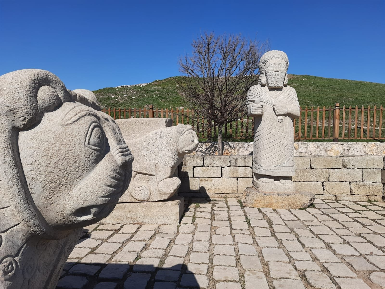 Two lion statues on both sides of the entrance gate and a statue of the Hittite king Tarhunza in the archaeological site of Arslantepe, Malatya, eastern Turkey. (Courtesy of Ministry of Culture and Tourism)