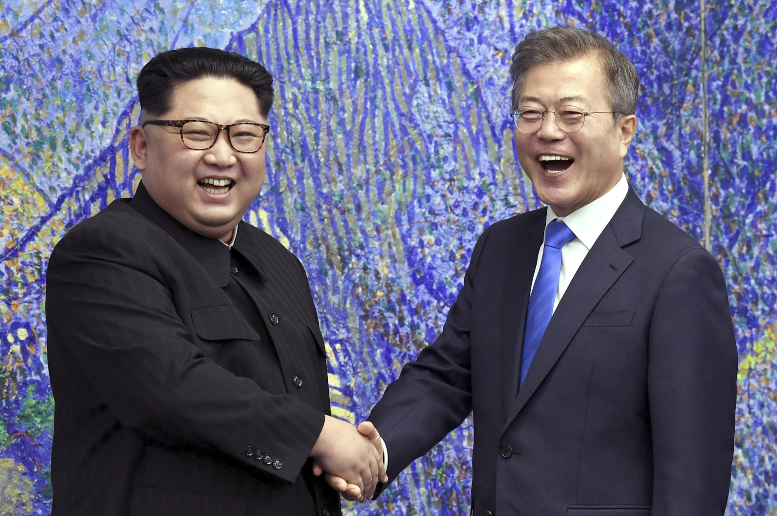 North Korean leader Kim Jong Un (L) poses with South Korean President Moon Jae-in for a photo inside the Peace House at the border village of Panmunjom in Demilitarized Zone, South Korea, April 27, 2018. (AP Photo)
