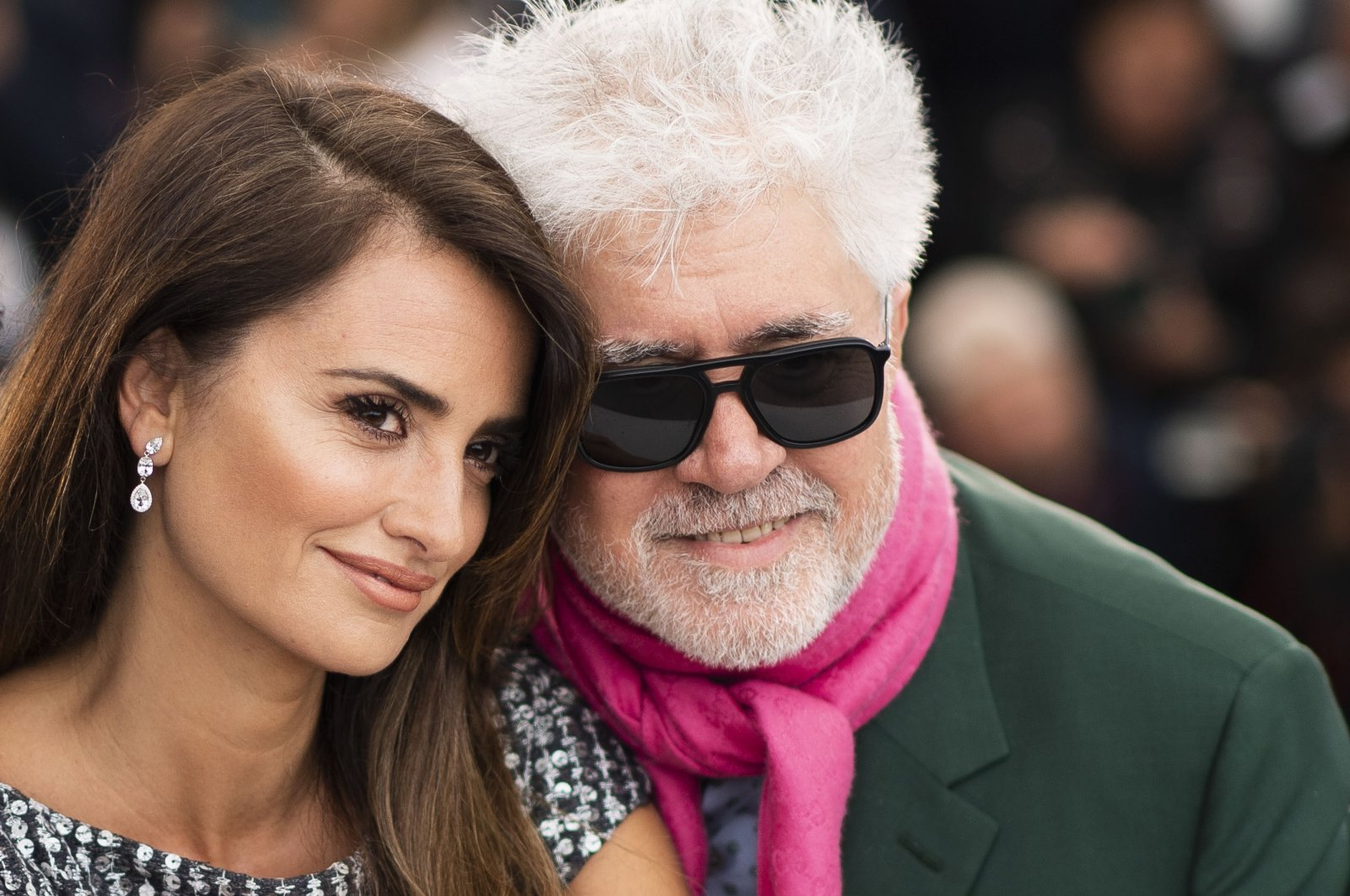 """Actress Penelope Cruz (L) and director Pedro Almodovar pose for photographers at the photocall for the film """"Pain and Glory"""" at the 72nd international film festival, Cannes, southern France, May 18, 2019.  (AP Photo)"""