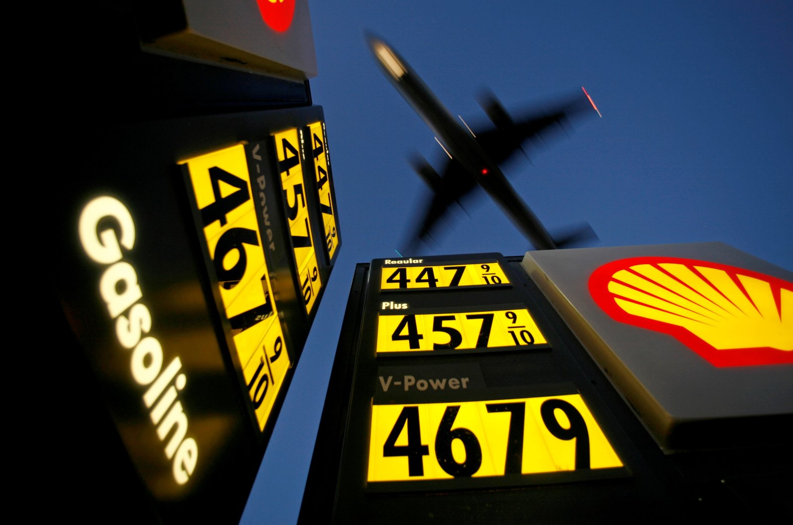 Gasoline prices are advertised at a gas station near Lindbergh Field as a plane approaches to land in San Diego, California, U.S., June 1, 2008. (Reuters Photo)