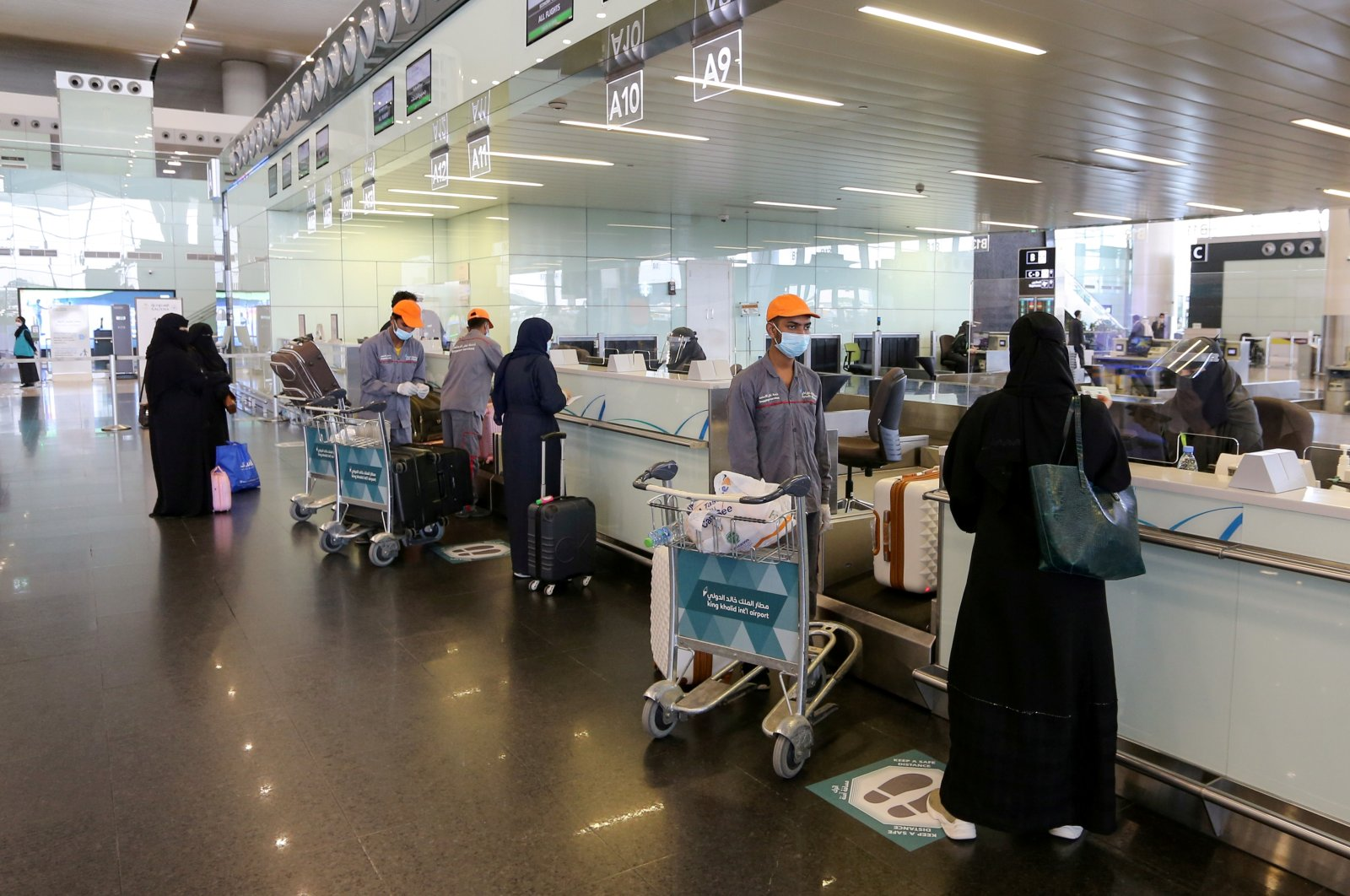 Passengers talk to airline employees at Riyadh International Airport, after Saudi Arabia reopened domestic flights, following the outbreak of COVID-19, in Riyadh, Saudi Arabia, May 31, 2020. (Reuters Photo)