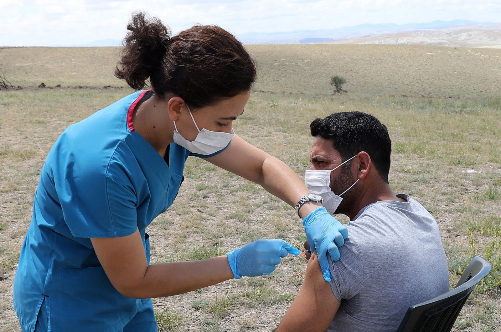 A health worker vaccinates a farmworker in the village of Oğuzlar, 100 kilometers away from the Turkish capital Ankara, July 8, 2021. (AFP Photo)
