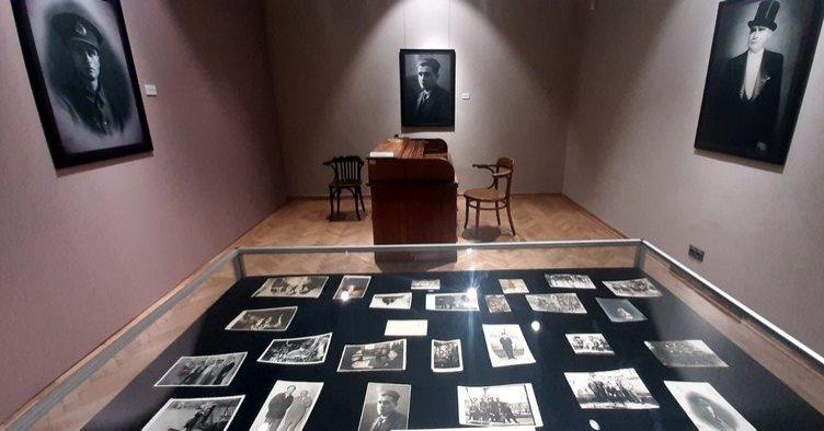 Ahmet Hamdi Tanpınar's writing desk and photos in the exhibition, Tarık Zafer Tunaya Center, Istanbul. (Archive Photo)