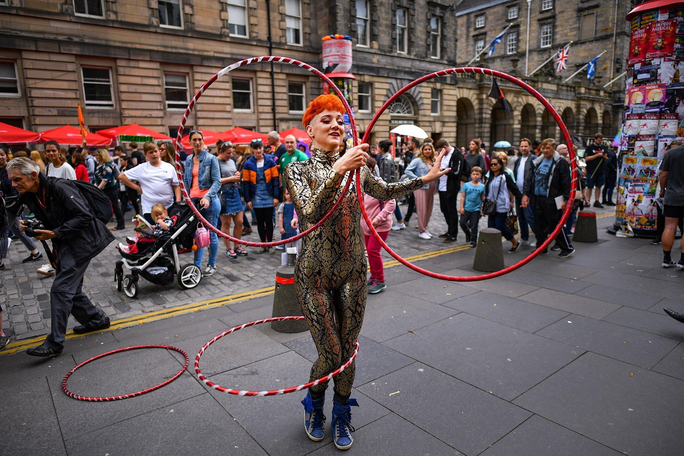 An Edinburgh Festival Fringe entertainer performs on the Royal Mile on Aug. 6, 2019, in Edinburgh, Scotland, U.K. (Getty Images)