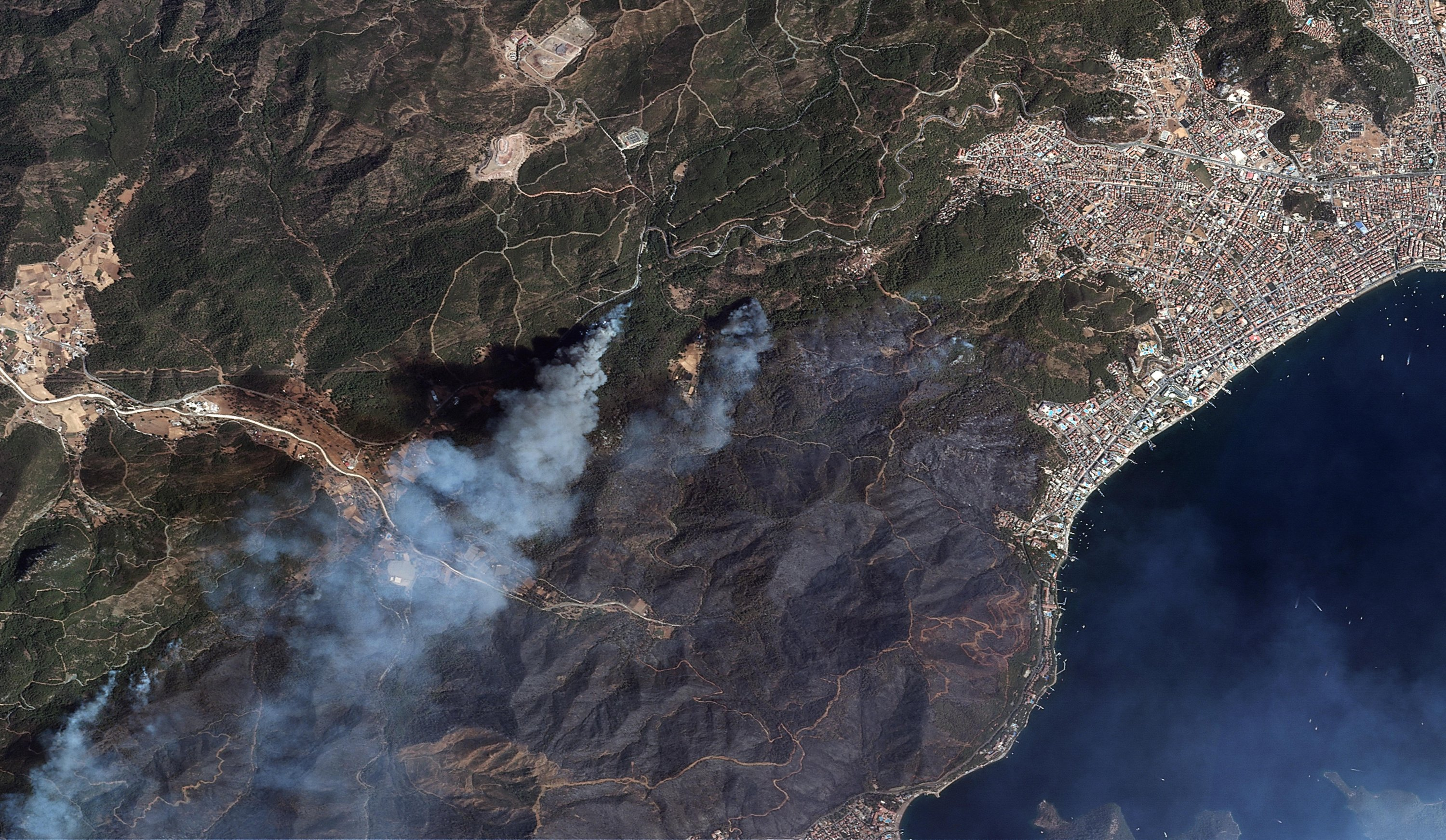Satellite images shared by the Ministry of National Defense show the forest fire affecting Marmaris, in Muğla, Turkey, Aug. 1, 2021. (COURTESY OF MINISTRY OF NATIONAL DEFENSE)