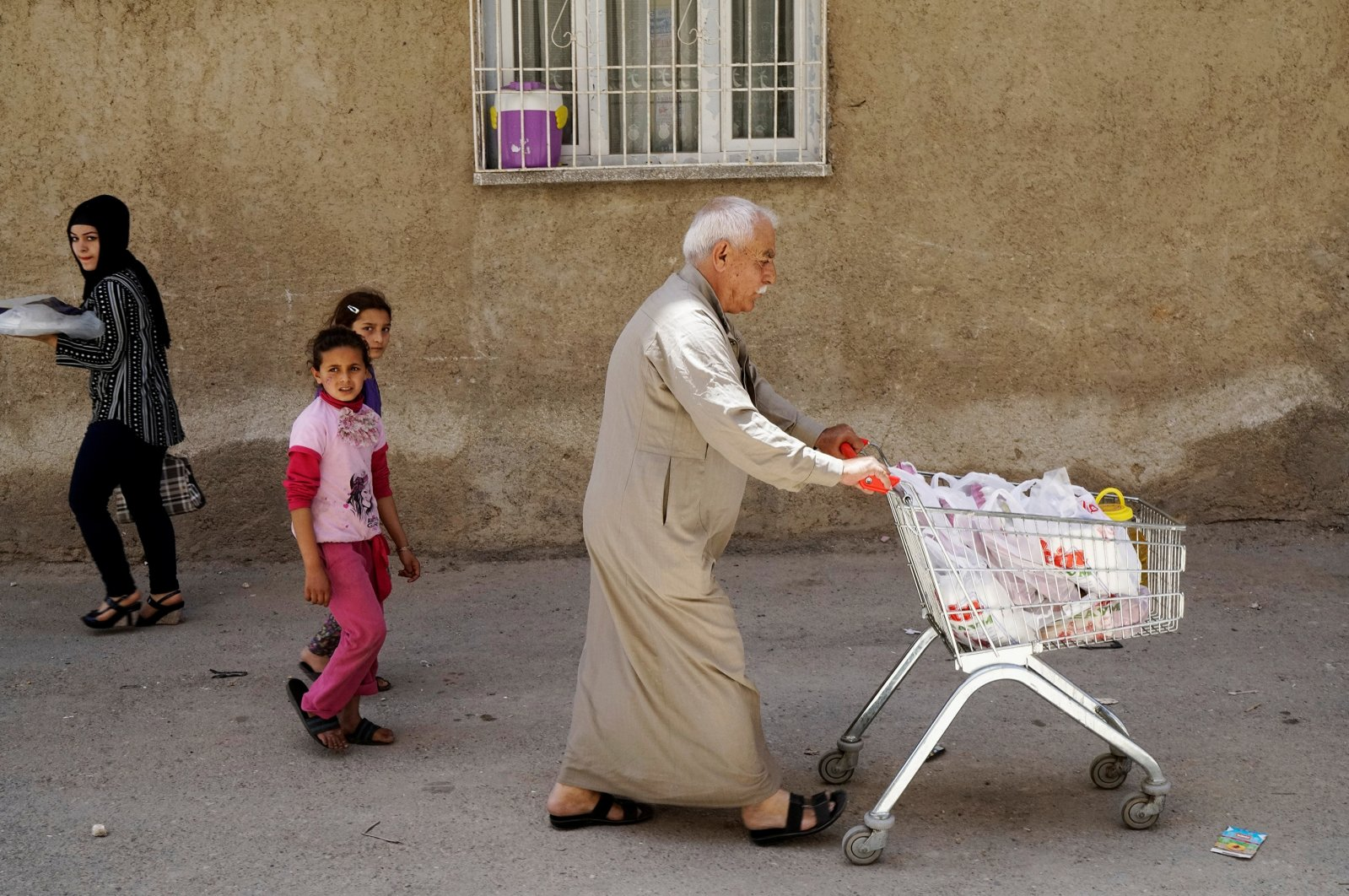 Ahmed, a 60-year old Syrian refugee man, pushes a shopping cart as he walks to his home in Gaziantep, Turkey, May 16, 2016. (REUTERS Photo)