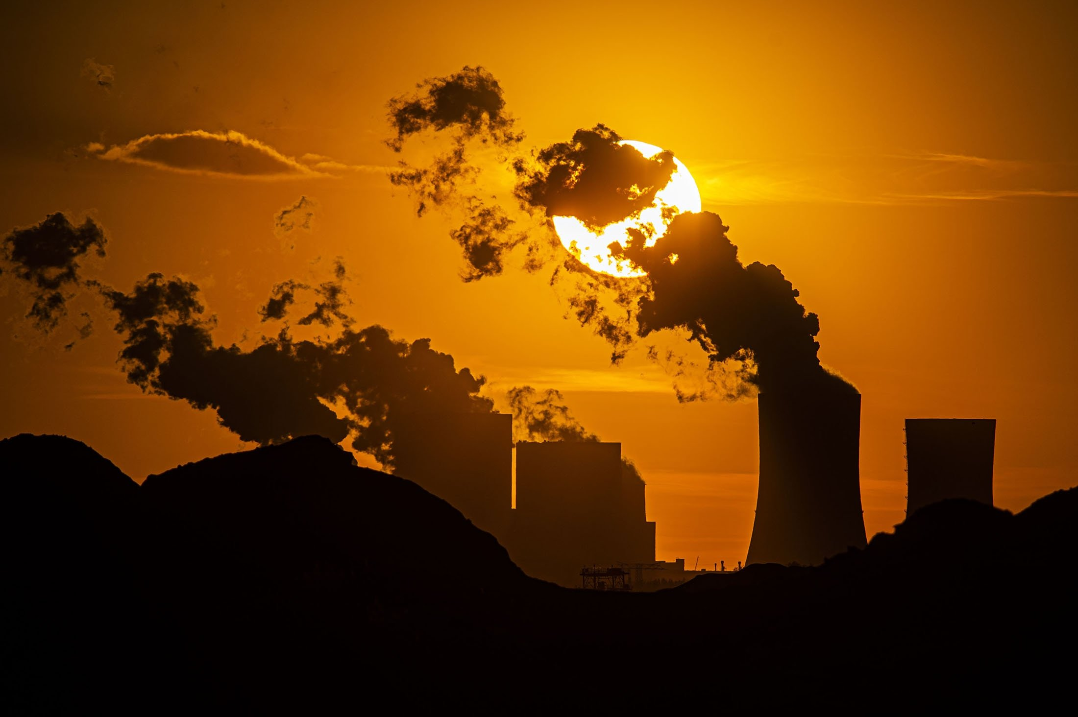 Sun sets behind thecoal-fired power station Boxberg and the open-face mine Reichwalde, Hammerstadt, Germany,April 9, 2020. (Getty Images)