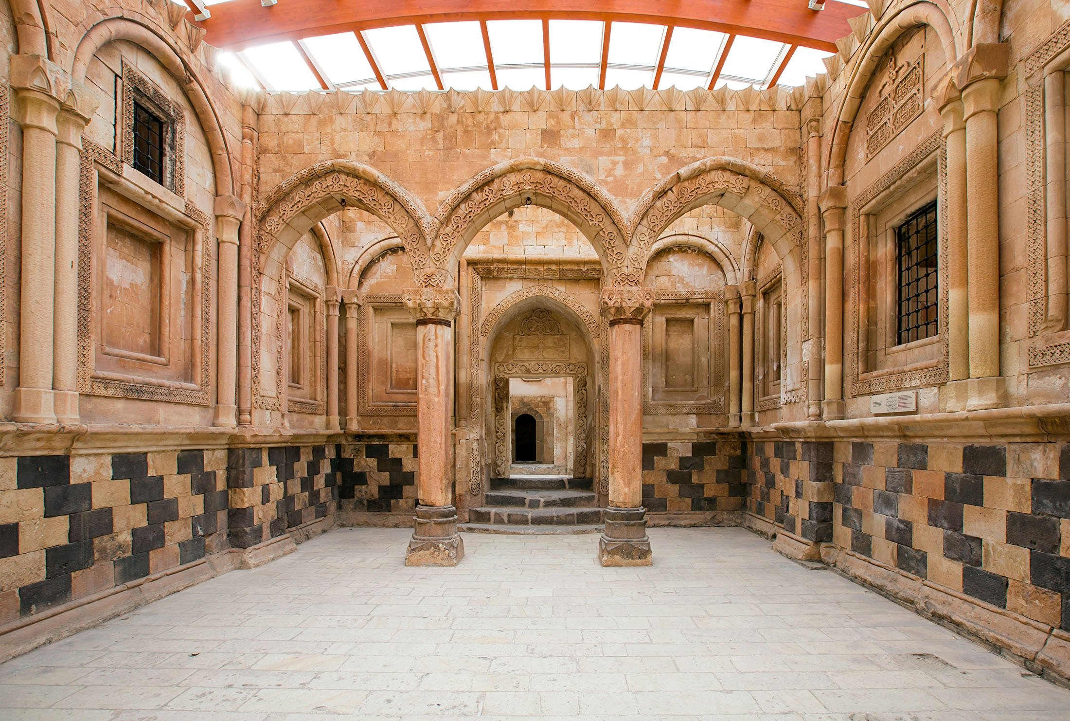 The colonnaded inside of theIshak Pasha Palace can be seen in theDoğubayazıt district of Ağrı, Turkey. (Shutterstock Photo)
