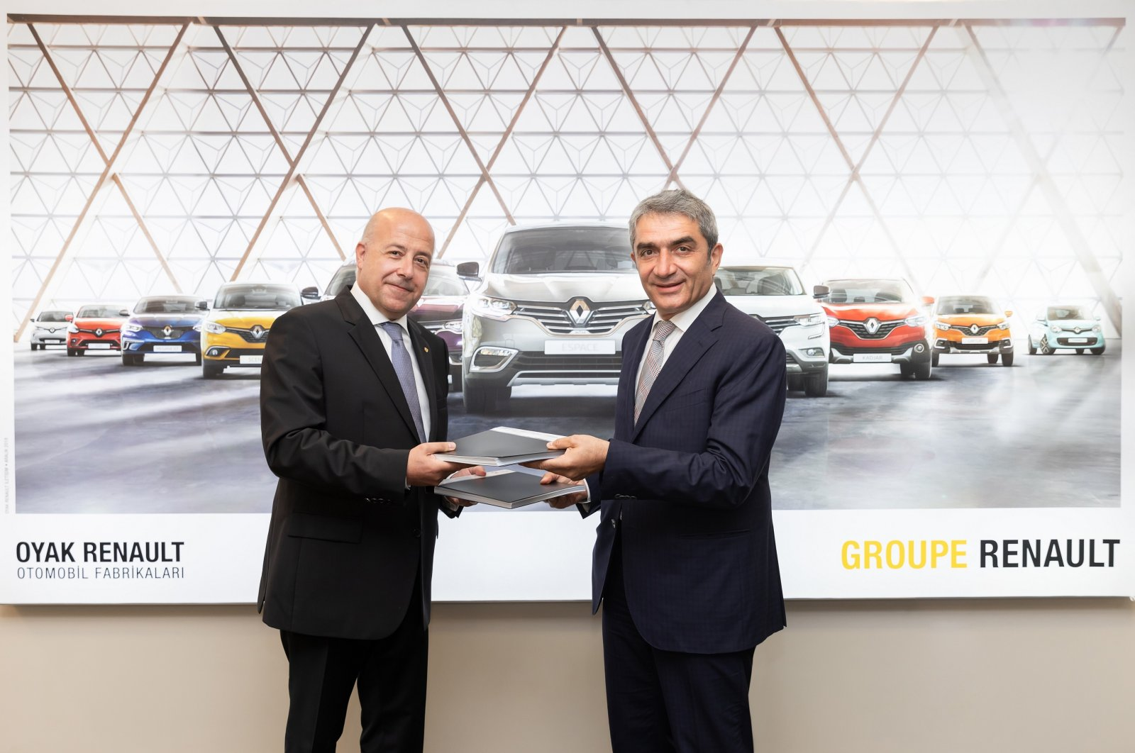 Oyak Renault General Manager Antoine Aoun (L) and Karsan CEO Okan Baş during the signing ceremony of the agreement, Bursa, northwestern Turkey, Aug. 2, 2021. (Courtesy of Oyak Renault)