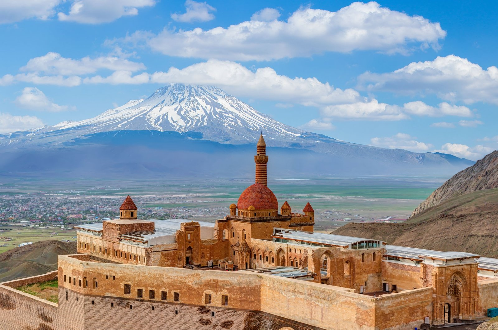 The courtyard of theIshak Pasha Palace can be seen inDoğubayazıt with Mount Ararat in the background, Ağrı, Turkey. (Shutterstock Photo)
