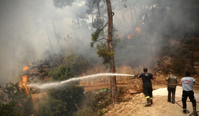 Firefighters work to extinguish an escalating blaze near Bodrum, Turkey, August 2, 2021 (AP Photo)