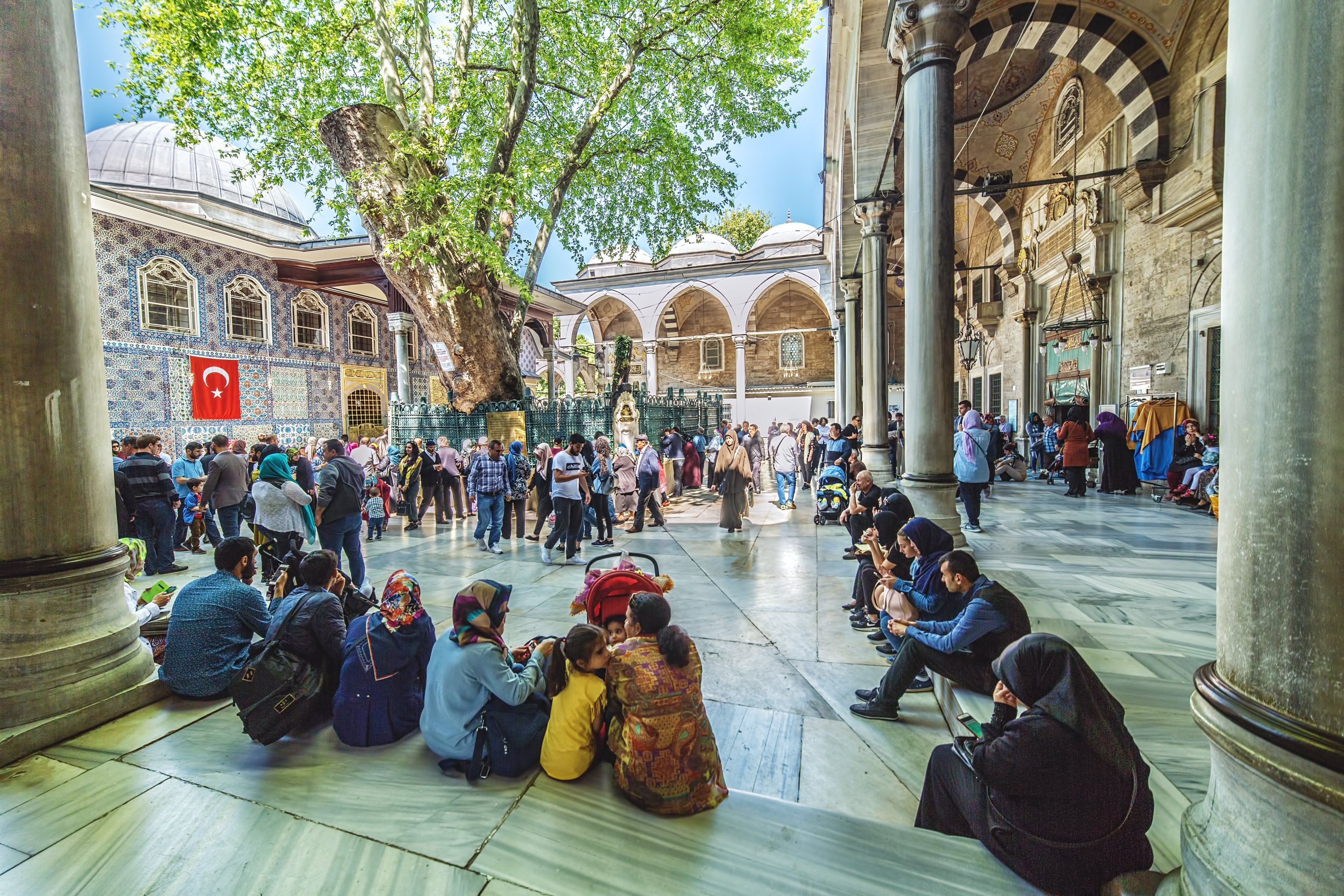 Pilgrims visiting the tomb of Abu Ayyub al-Ansari, a companion of the Prophet, at Eyüp Sultan Mosque, Eyüp district, Istanbul, on Apr. 30, 2018. (Shutterstock Photo)