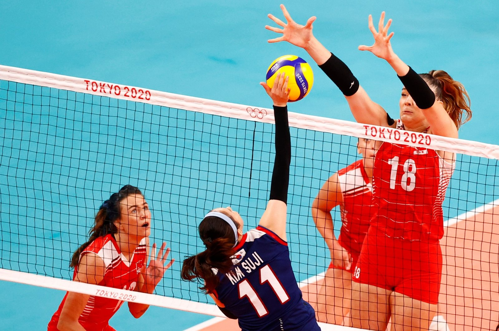 South Korea's Kim Su Ji in action against Turkey's Zehra Güneş (R) in the Tokyo 2020 Olympics women's volleyball quarterfinal at the Ariake Arena, Tokyo, Japan, Aug. 4, 2021. (Reuters Photo)