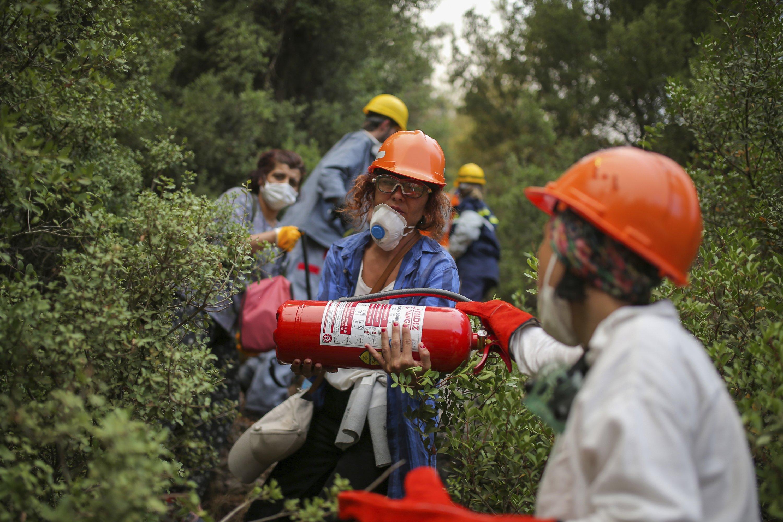 Volunteers head to fight wildfires in Turgut village, near tourist resort of Marmaris, Muğla, Aug. 4, 2021. (AP PHOTO)
