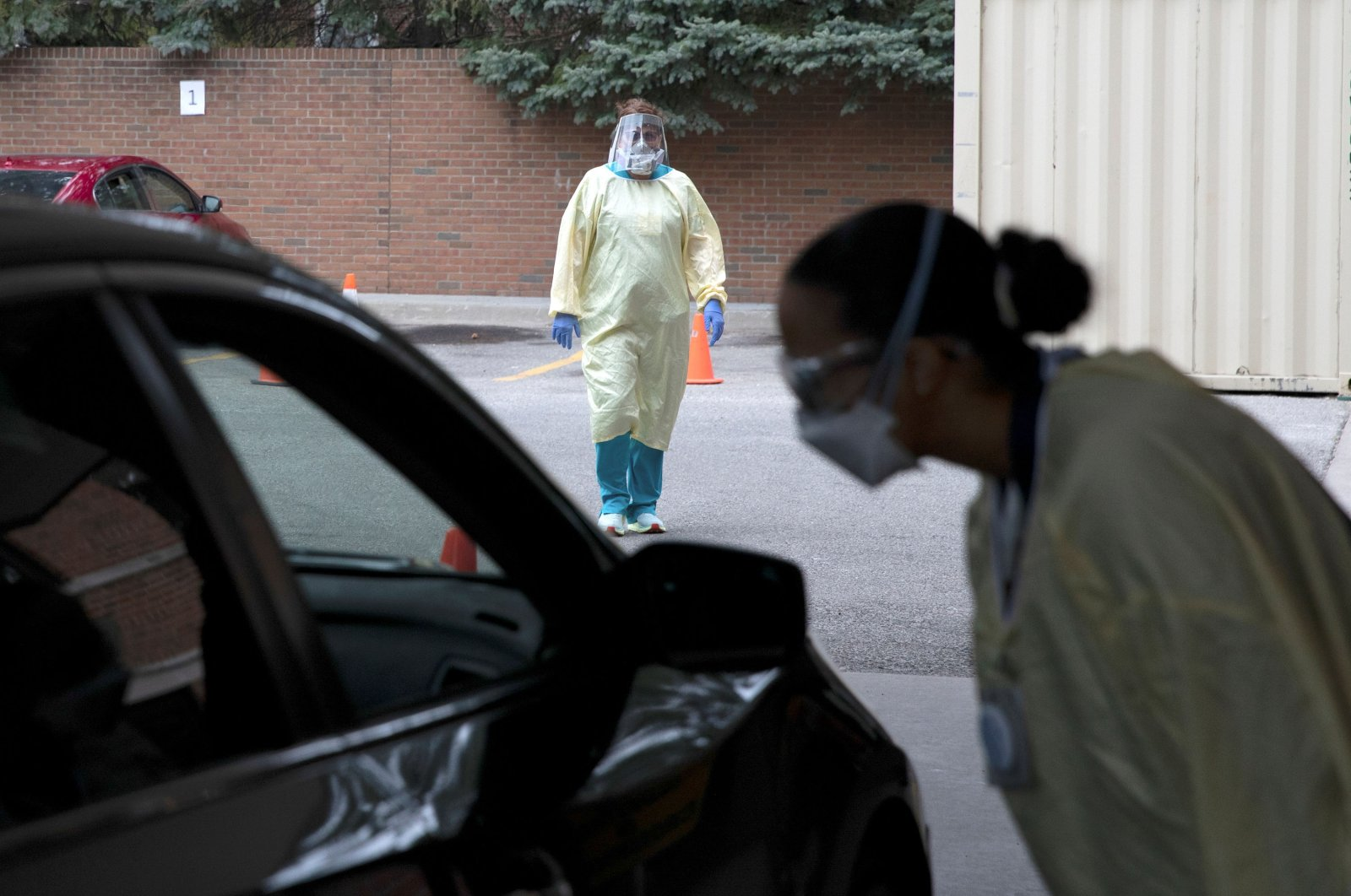 An emergency room nurse talks with a patient outside the emergency room as a triage unit is set up outside Beaumont Hospital to manage rising COVID-19 cases in Grosse Pointe, Michigan, U.S., April 16, 2021. (Reuters Photo)