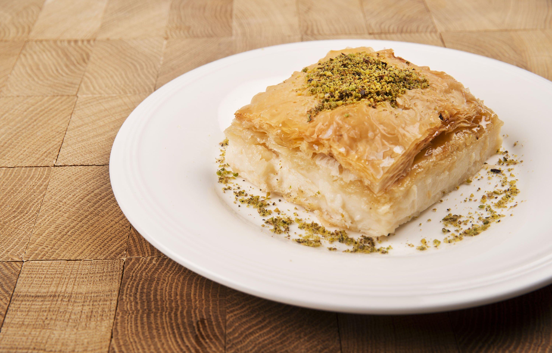 Laz böreği is a sweet börek prepared with pudding. (Shutterstock Photo)