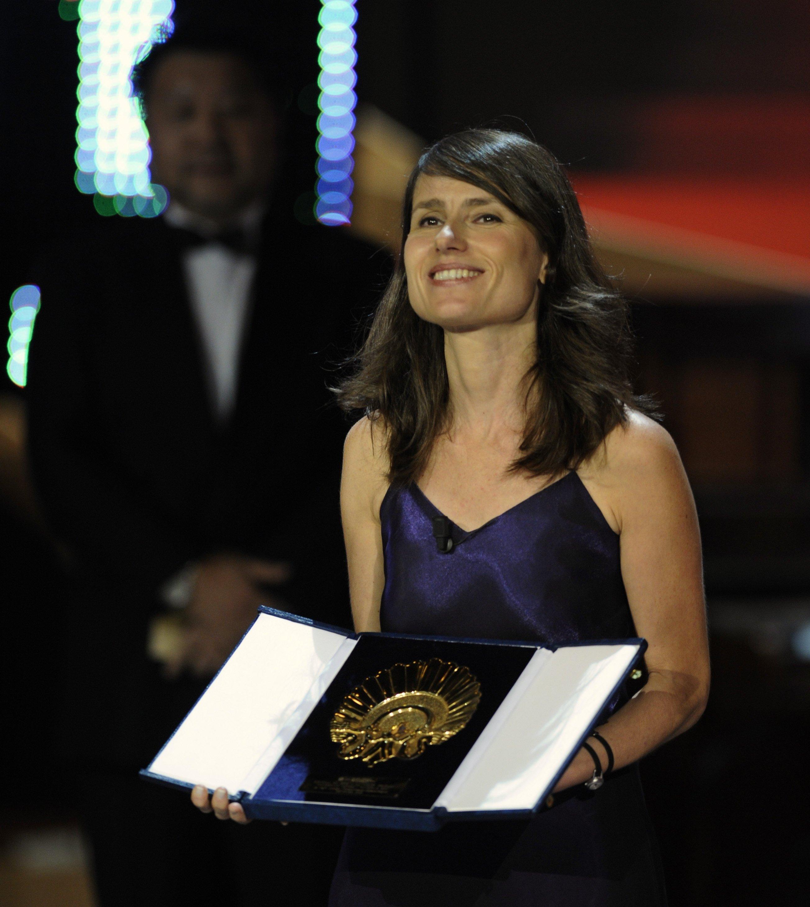 Turkish film director Yeşim Ustaoğlu holds up the Golden Shell award for best film 'Pandora's Box' at the San Sebastian International Film Festival in San Sebastian, September 27, 2008. (REUTERS Photo)