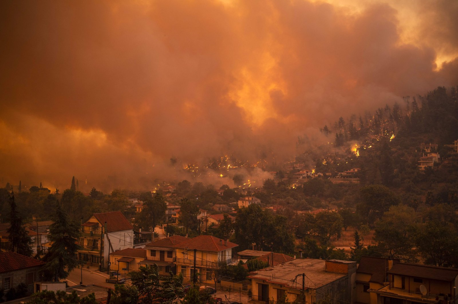 A photograph shows the wildfire moving toward the village of Gouves on Evia (Euboea) island, the second largest Greek island, on Aug. 8, 2021. (AFP Photo)