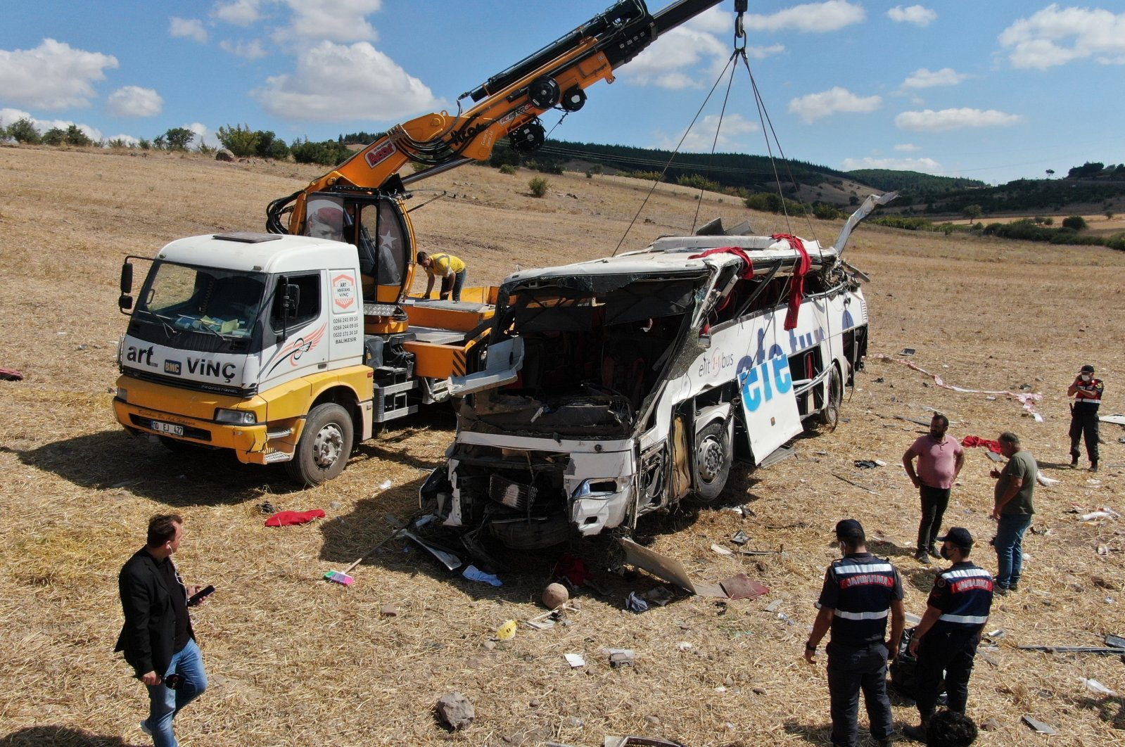 The wreckage of the bus in which fifteen were killed is being removed, in Balıkesir, western Turkey, Aug. 8, 2021. (IHA PHOTO)