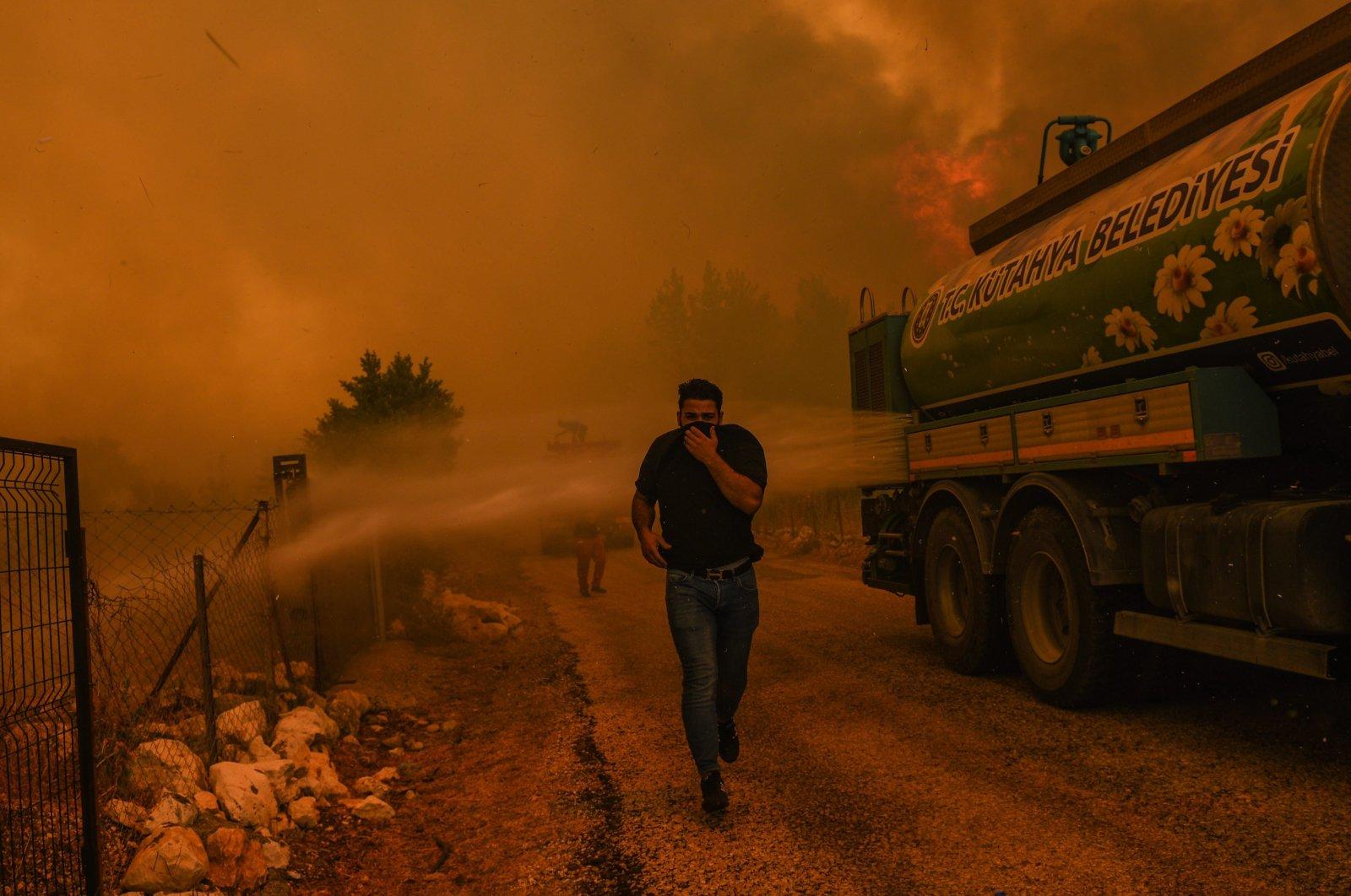 People fleeing the fire in Sırtköy, in Antalya, southern Turkey, Aug. 1, 2021. (PHOTO BY MURAT ŞENGÜL)