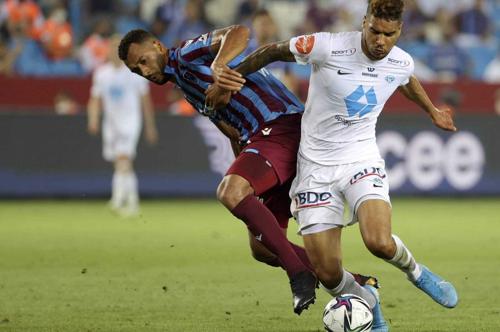 Molde's Ohi Omoijuanfo (R) duels for the ball with Trabzonspor's Vitor Hugo during the Europa Conference League qualifying match at Yeni Stadium, Trabzon, Turkey, Aug. 5, 2021. (AP Photo)