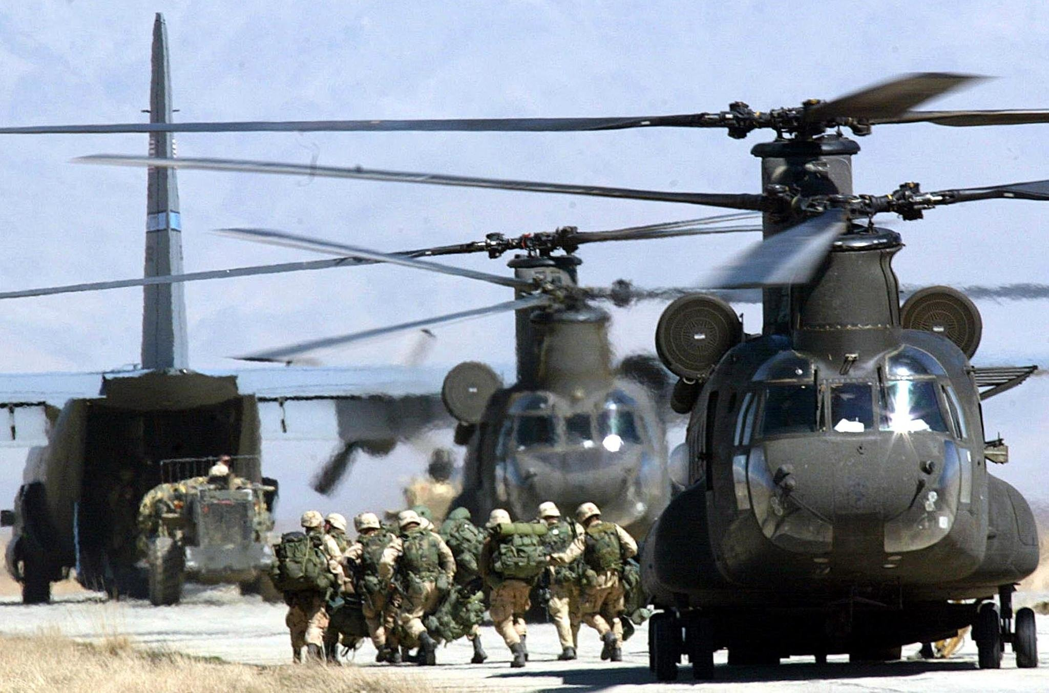 U.S. soldiers disembark from a CH-46 Chinook helicopter at Bagram Air Base, Bagram, Afghanistan, March 12, 2002. (AFP Photo)