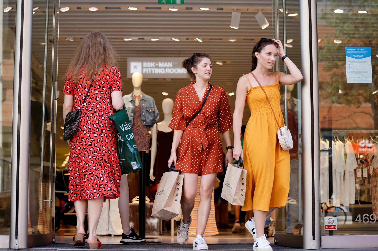 Pedestrians without facemasks shop on Oxford street in central London, United Kingdom, July 19, 2021. (AFP Photo)