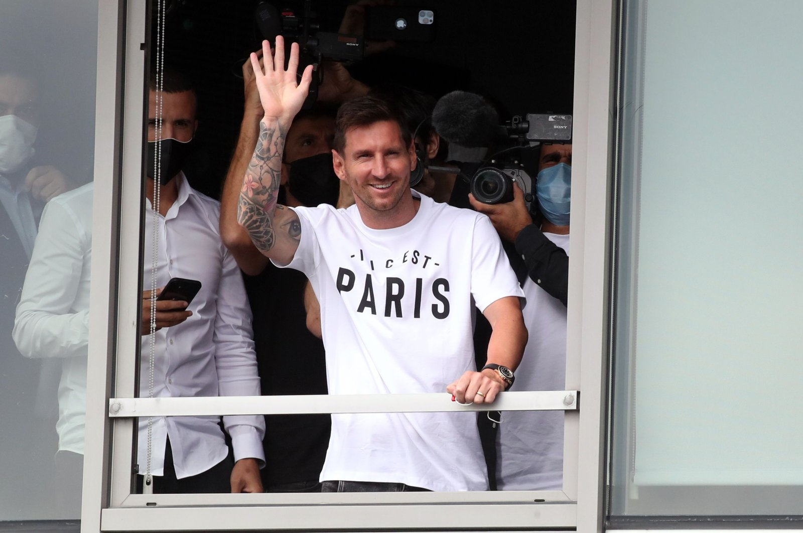 Lionel Messi waves at PSG fans after arriving at Paris-Le Bourget Airport, Paris, France, Aug. 10, 2021. (Reuters Photo)