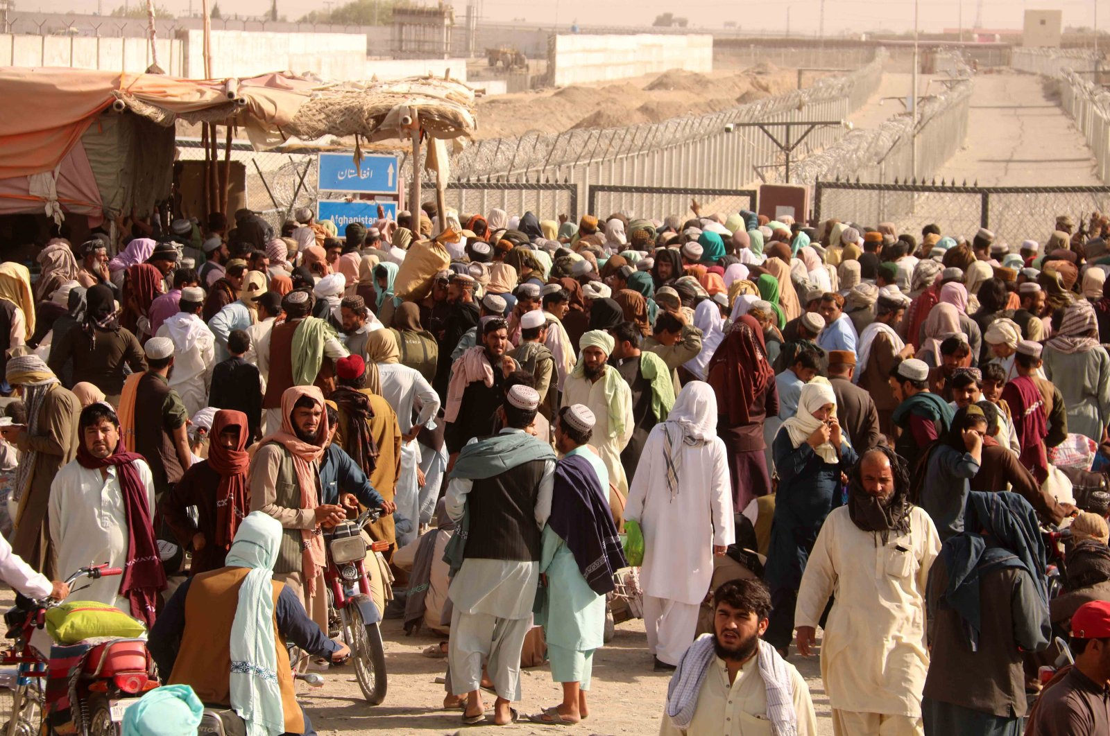 People stranded at the Pakistani-Afghan border wait for its reopening after it was closed by the Taliban, who have taken over the control of the Afghan side of the border at Chaman, Pakistan, Aug. 11, 2021. (EPA Photo)