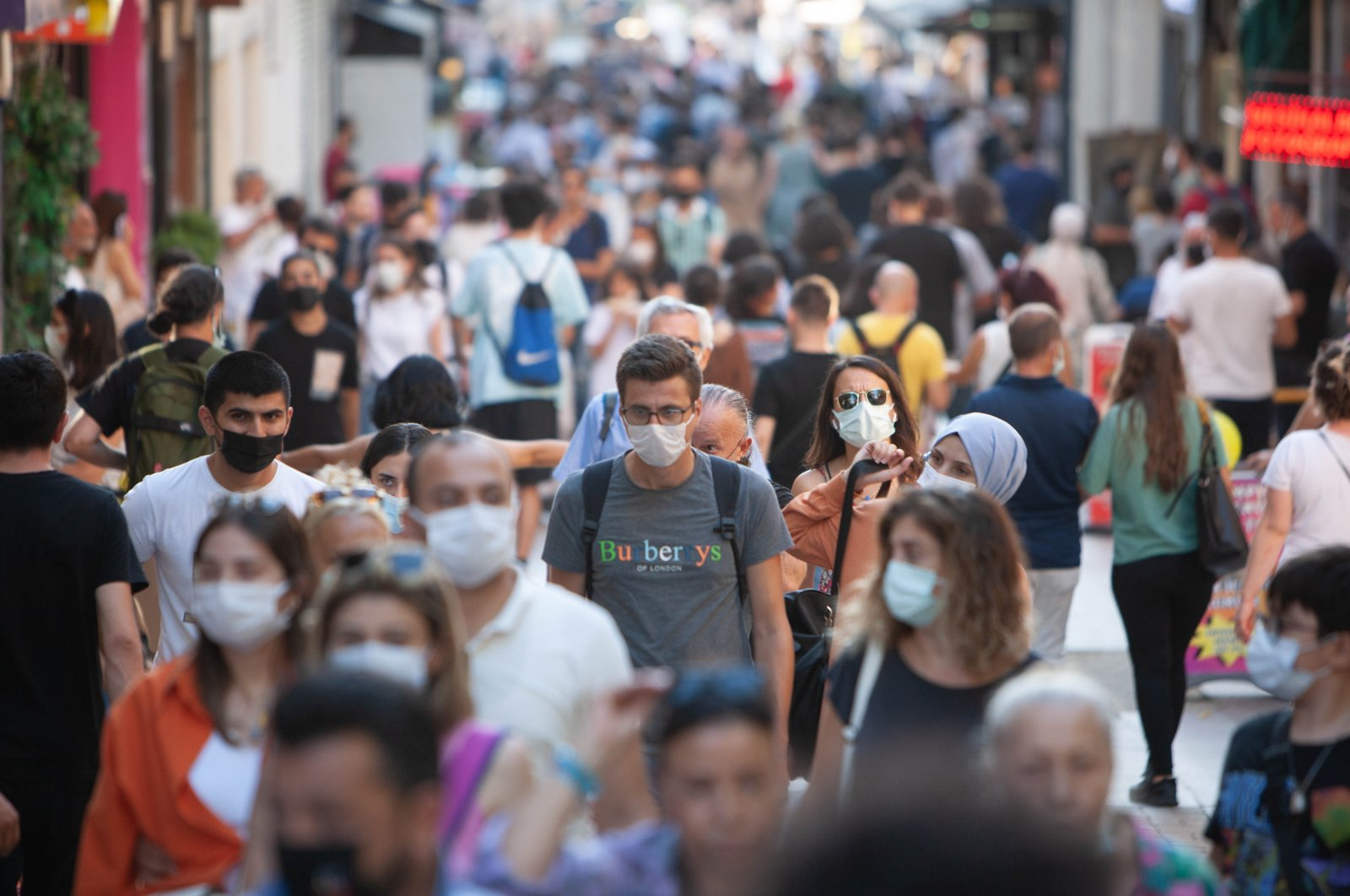People wearing protective face masks crowd a street in Kadıköy district amid the coronavirus (COVID-19) pandemic in Istanbul, Turkey, Aug. 7, 2021. (Reuters Photo)