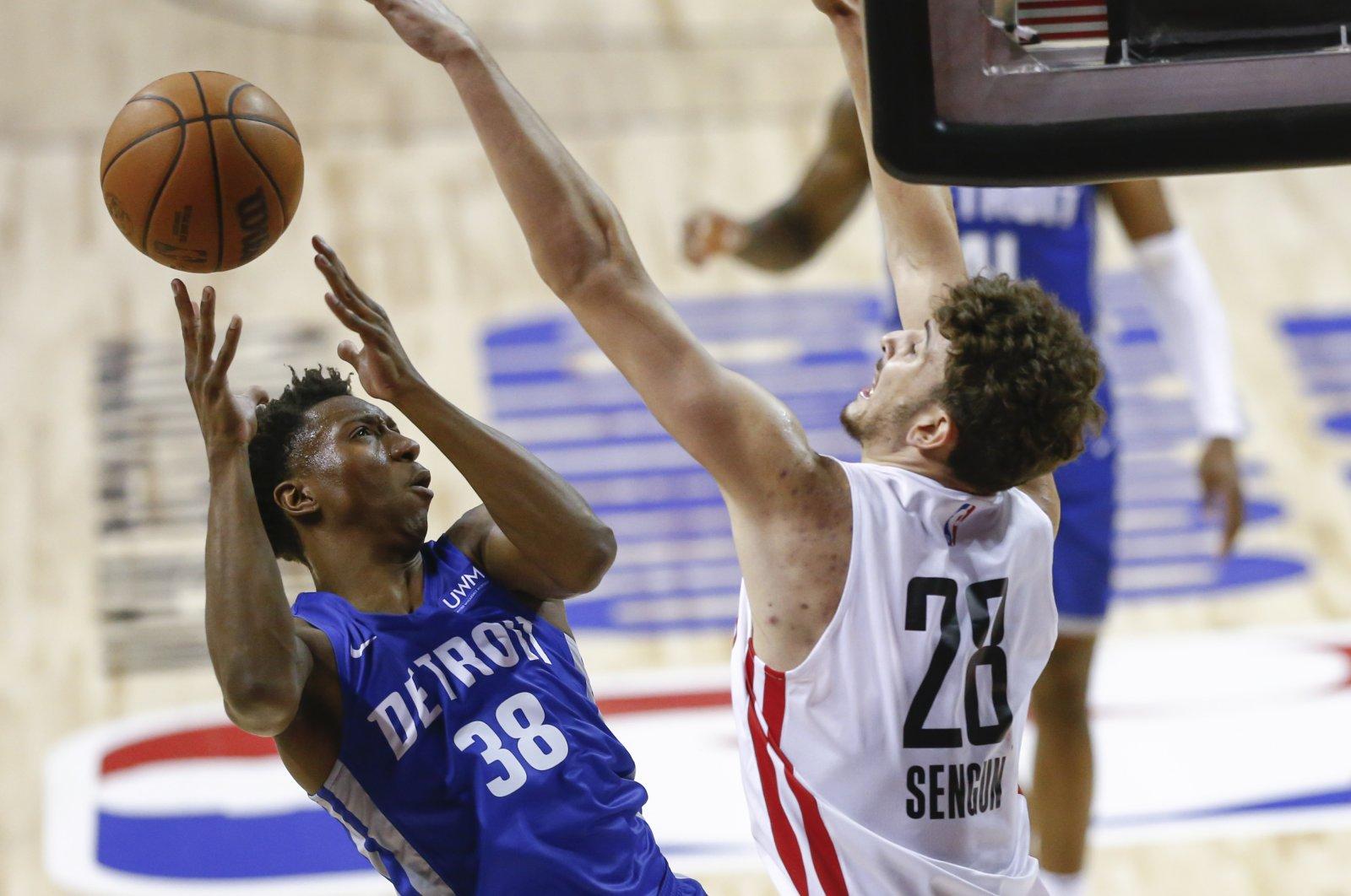 Houston Rockets' Alperen Şengün (R) defends against Detroit Pistons' Saben Lee during an NBA Summer League match, in Las Vegas, U.S., Aug. 10, 2021. (AP Photo)