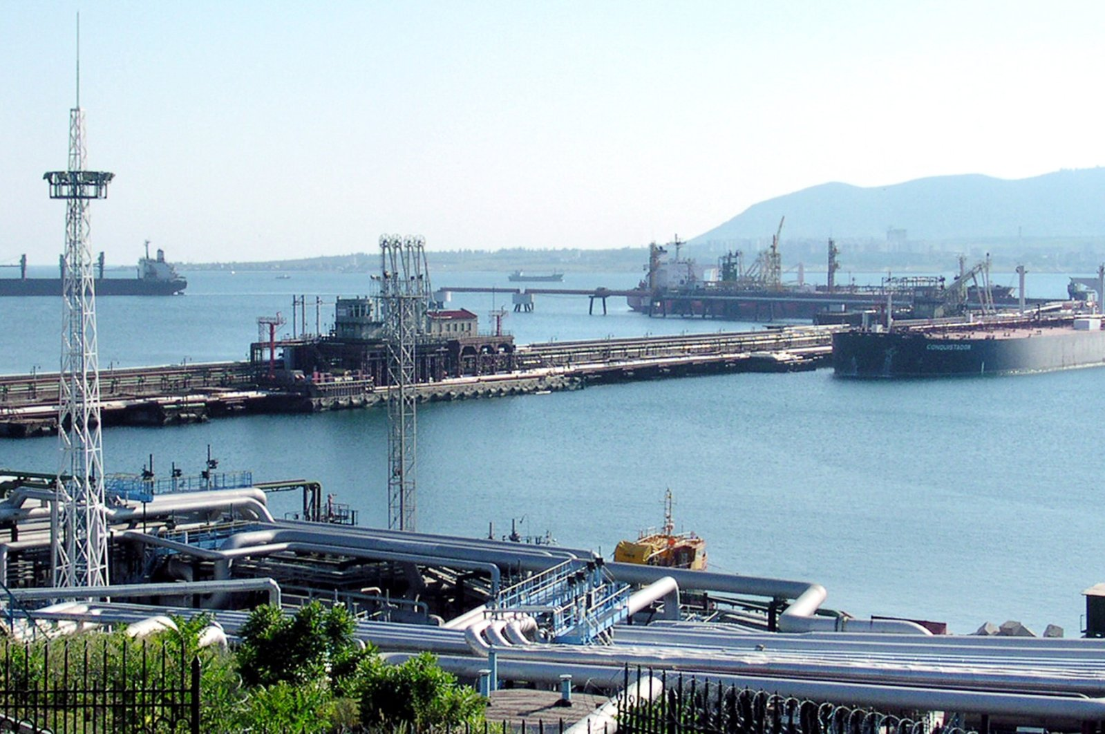 A view of the oil harbor in Novorossiysk, in the southern Russian seaport town in the Black Sea territory, July 13, 2004. (AFP Photo)