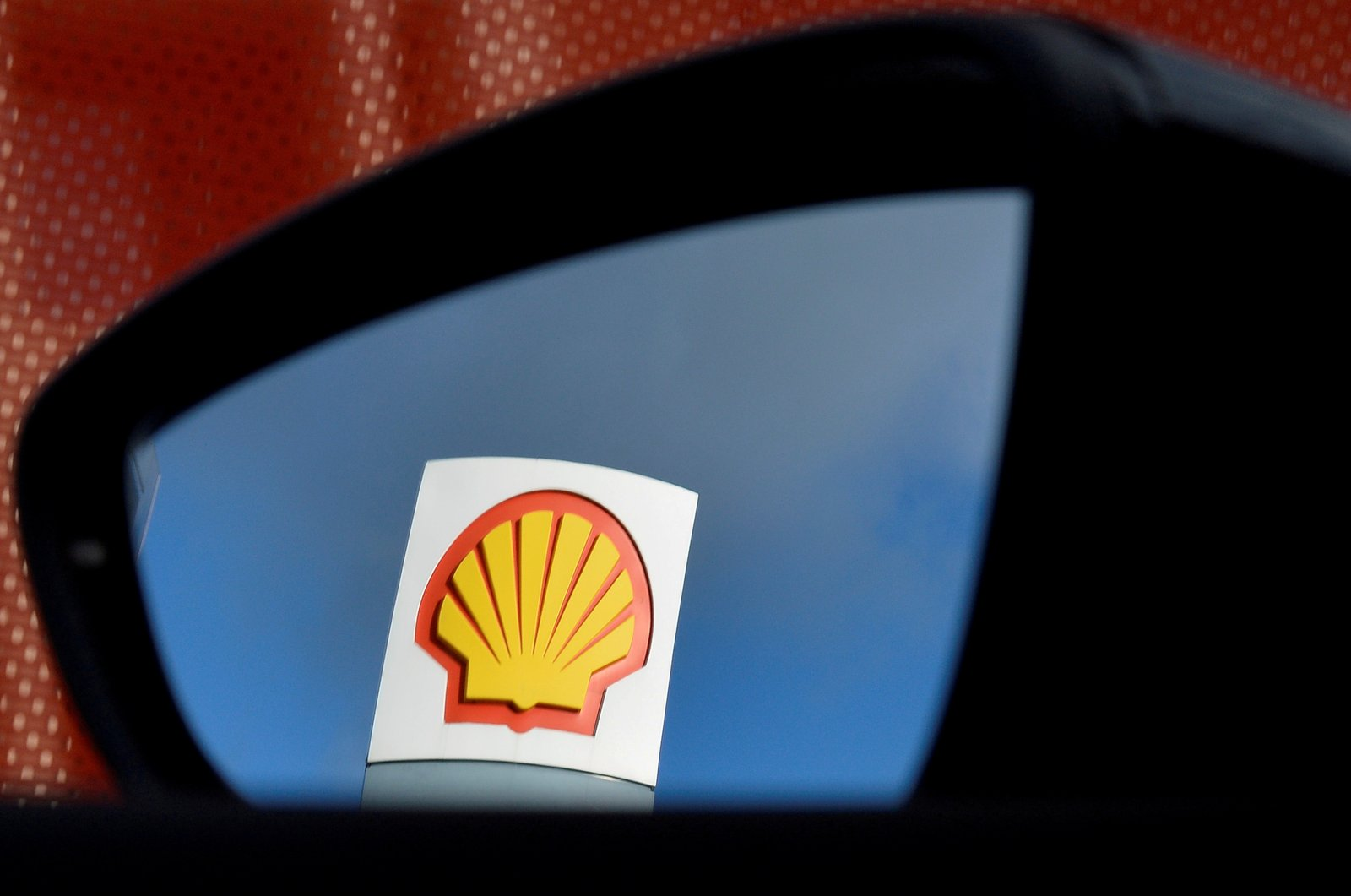 A Shell logo is seen reflected in a car's side mirror at a petrol station in west London, Britain, Jan. 29, 2015. (Reuters Photo)