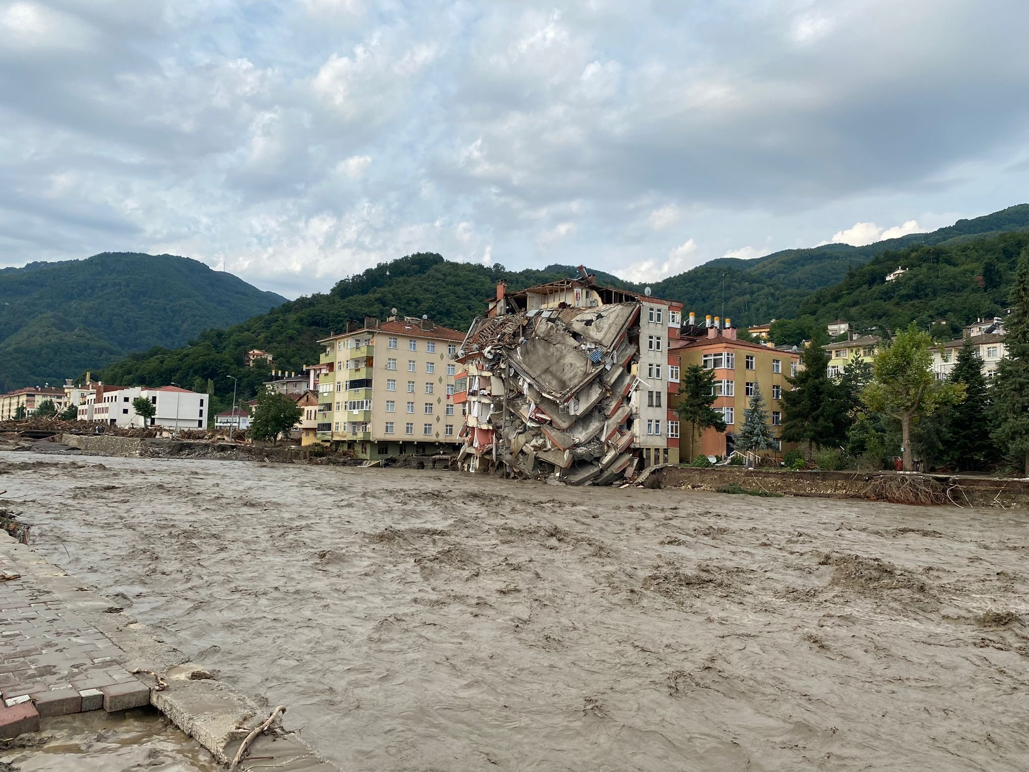A view of a collapsed multistory building on the bank of a river in the Bozkurt district of Kastamonu province, northern Turkey, Aug. 12, 2021. (DHA PHOTO)